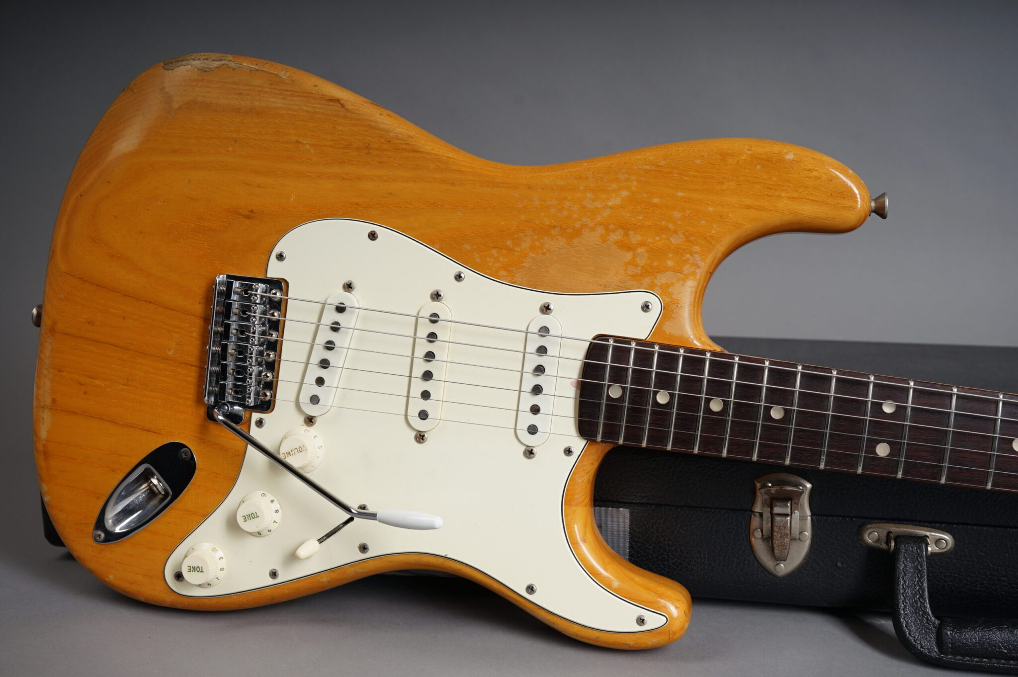 https://guitarpoint.de/app/uploads/products/1973-fender-stratocaster-natural/1973-Fender-Stratocaster-Natural-RW-379991-10-scaled-2048x1362.jpg