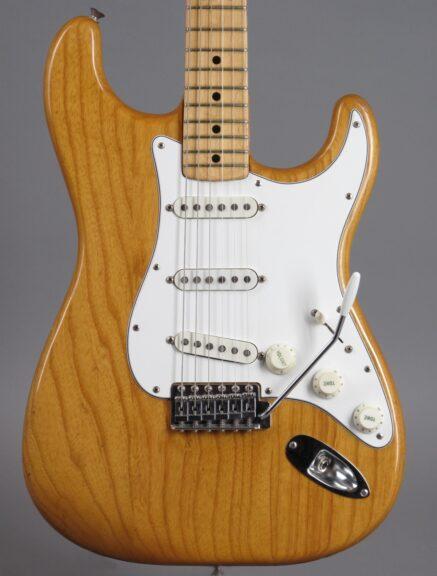 https://guitarpoint.de/app/uploads/products/1974-fender-stratocaster-natural-2/1974-Fender-Stratocaster-Natural-522630_2-437x576.jpg