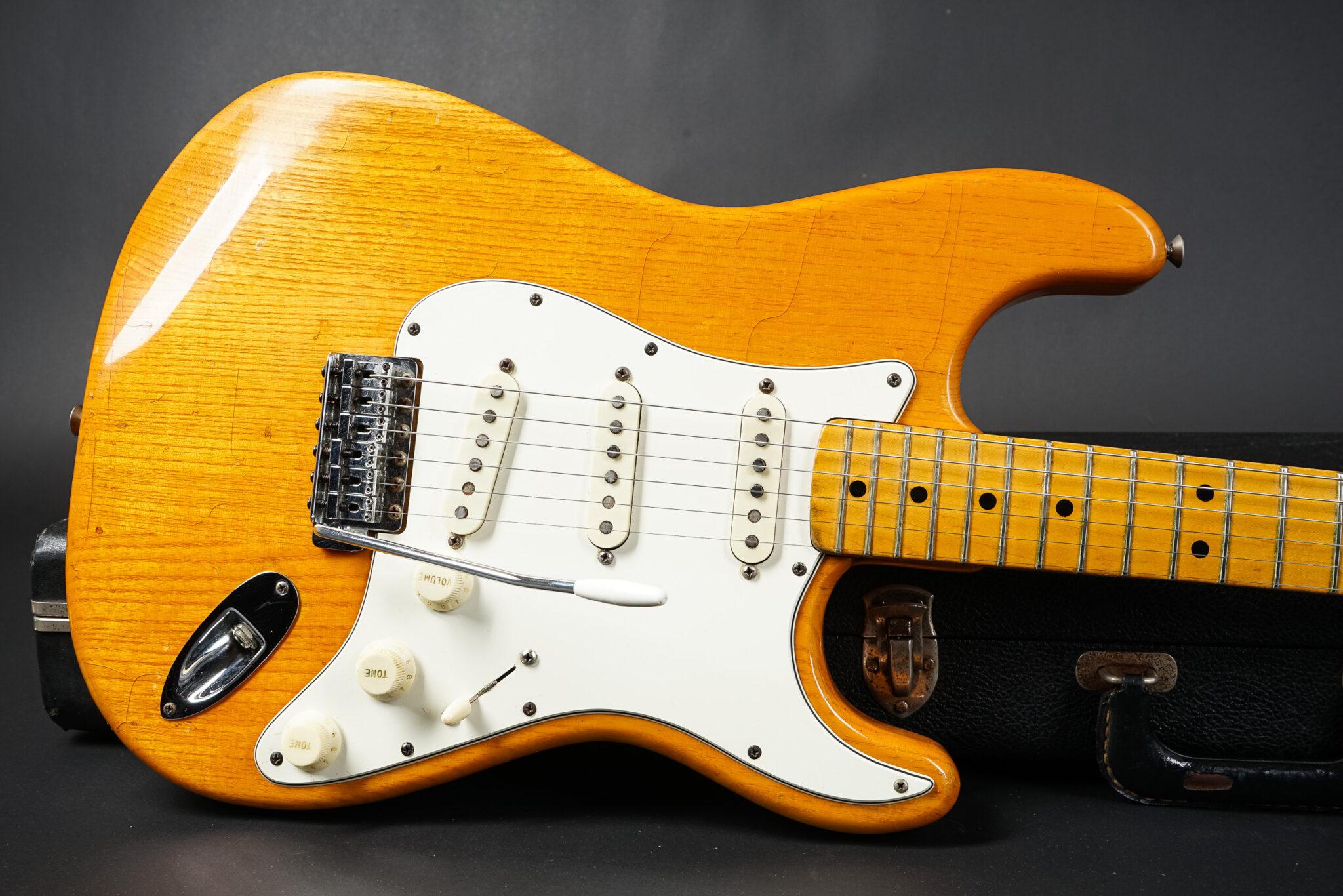 https://guitarpoint.de/app/uploads/products/1974-fender-stratocaster-natural-ash-515663/1974-Fender-Stratocaster-Natural-515663-9-2048x1366.jpg