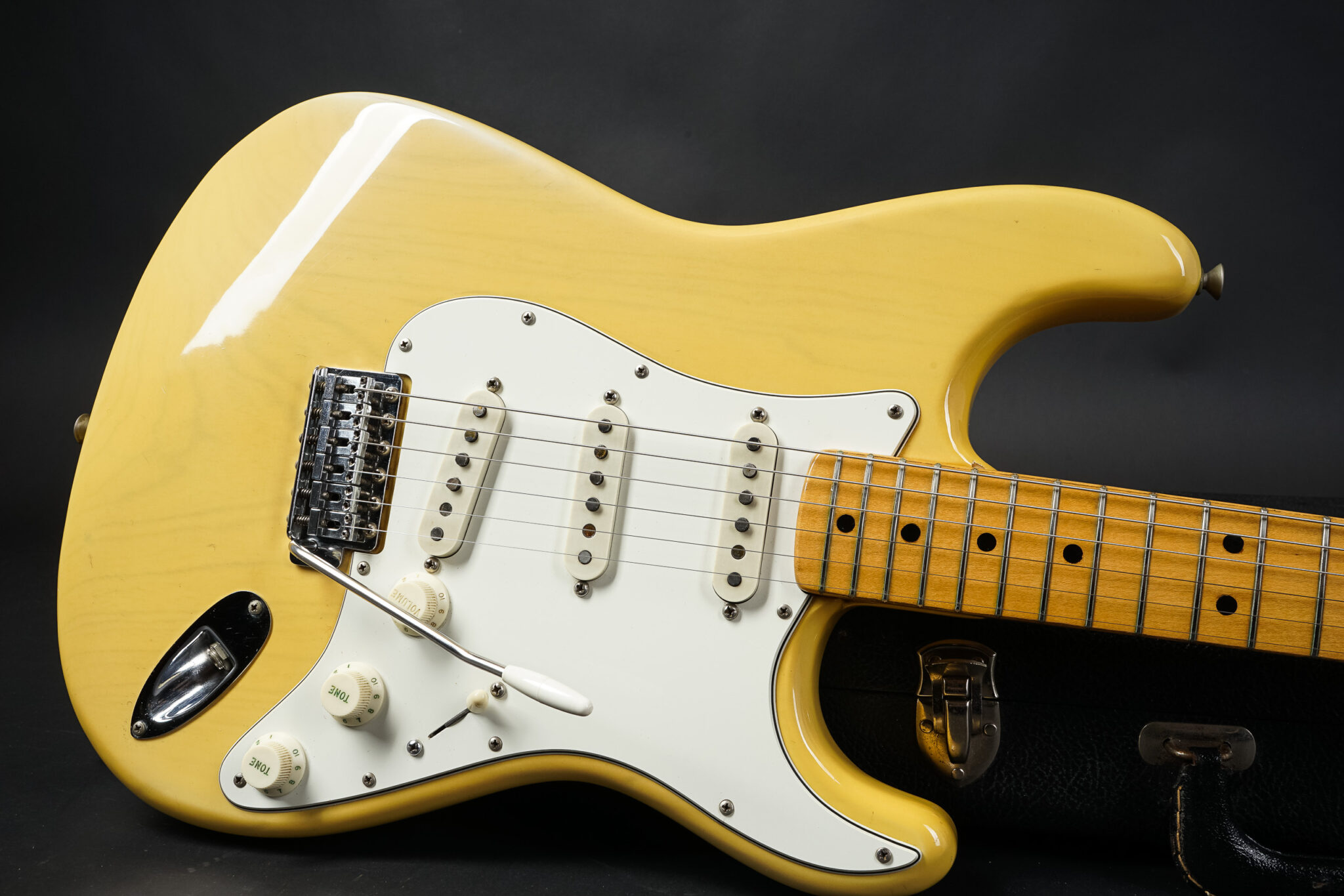 https://guitarpoint.de/app/uploads/products/1974-fender-stratocaster-white-ash-see-thru-finish/1974-Fender-Stratocaster-Blond-577719-11-2048x1366.jpg