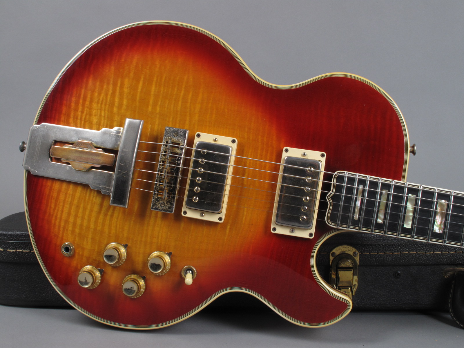 https://guitarpoint.de/app/uploads/products/1974-gibson-l5s-custom-sunburst-flametop/1974-Gibson-L5s_Flametop-000632-8.jpg