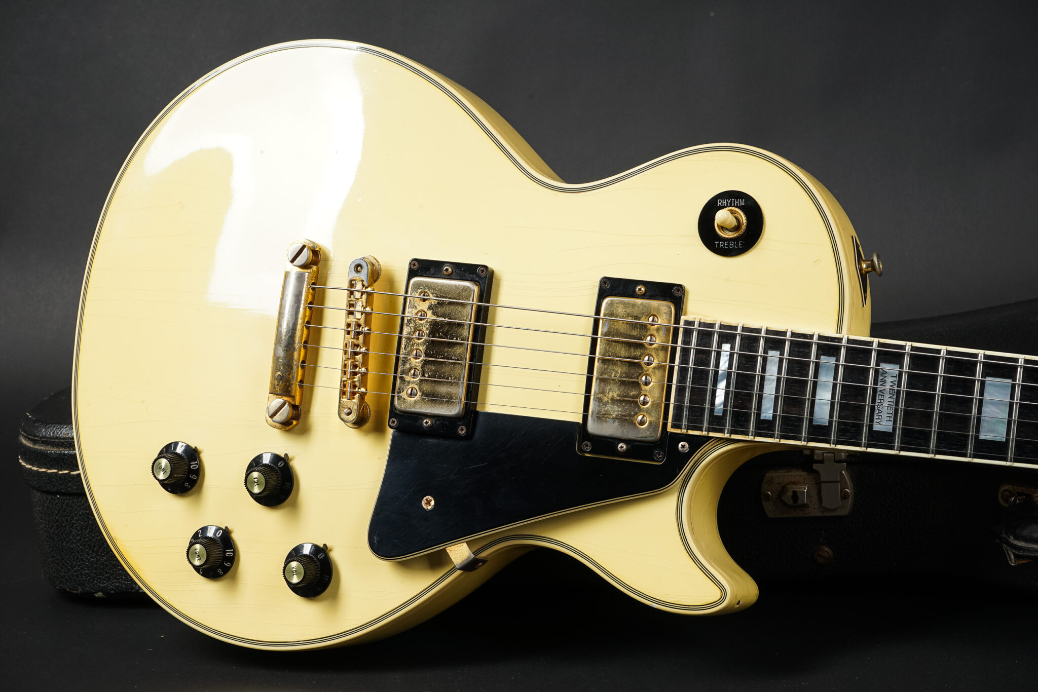 https://guitarpoint.de/app/uploads/products/1974-gibson-les-paul-custom-40th-anniversary-white/1974-Gibson-Les-Paul-Custom-White-508724-9-2048x1366.jpg