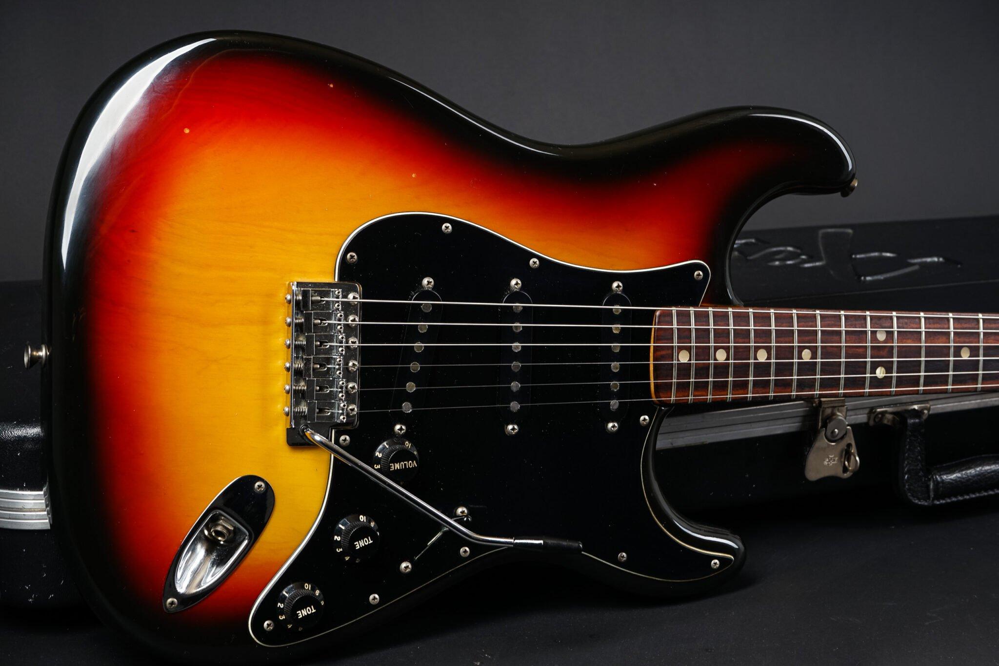 https://guitarpoint.de/app/uploads/products/1977-fender-stratocaster-sunburst-2/1977-Fender-Stratocaster-Sunburst-S791292-12-2048x1366.jpg