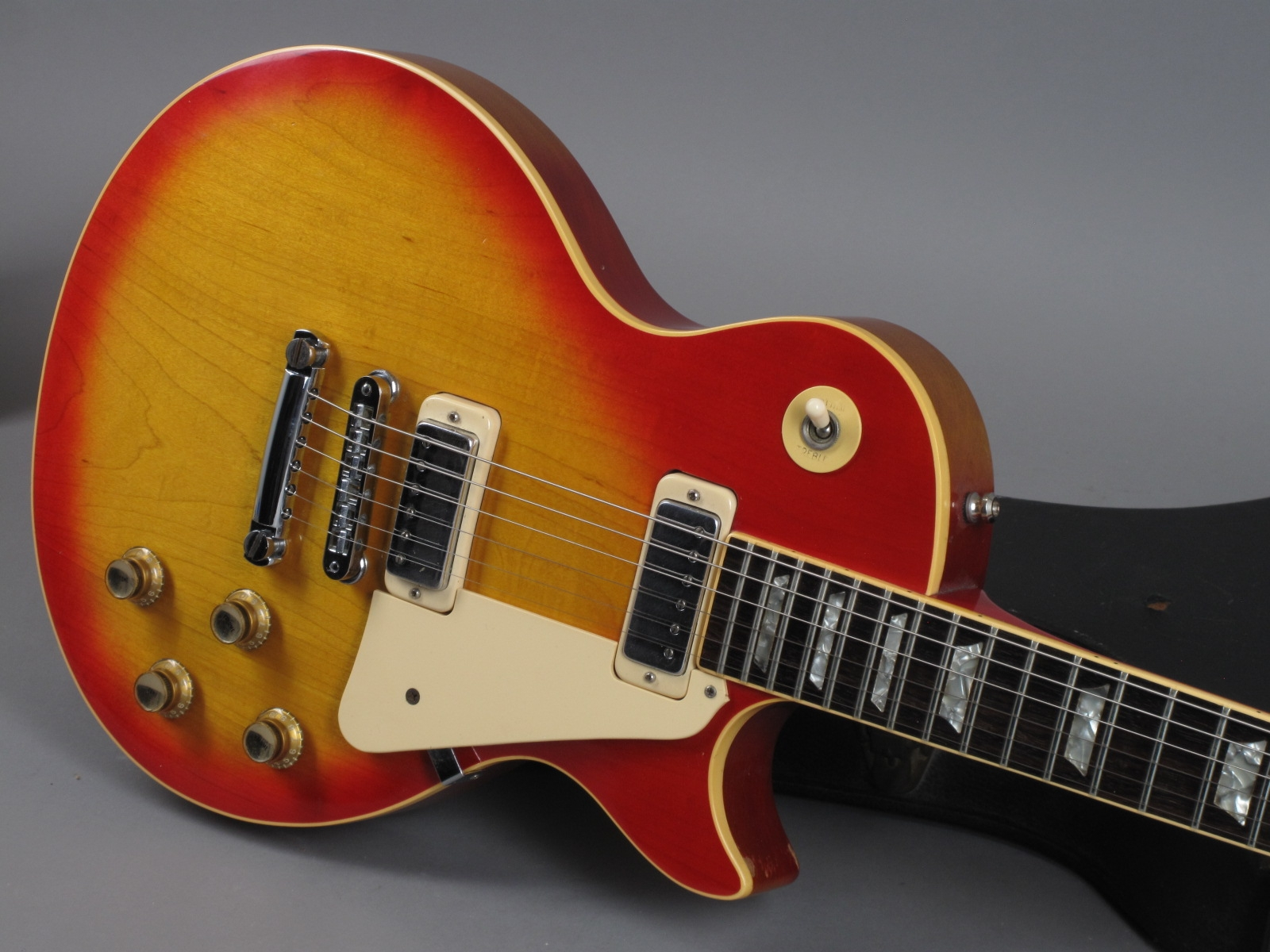 https://guitarpoint.de/app/uploads/products/1978-gibson-les-paul-deluxe-cherry-sunburst/1978-Gibson-Les-Paul-DeLuxe-Cherry-Sunburst-70668520_19.jpg