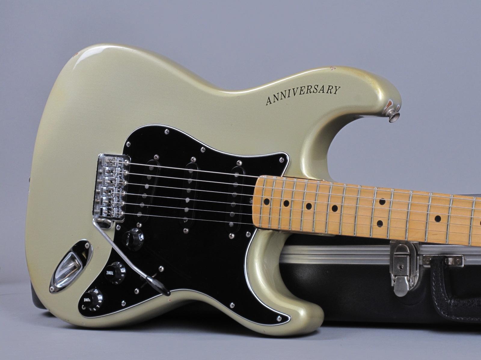 https://guitarpoint.de/app/uploads/products/1979-fender-stratocaster-1954-1979-25th-anniversary/1979-Fender-Stratocaster-25th-Anniversary-Silver-257573_19.jpg