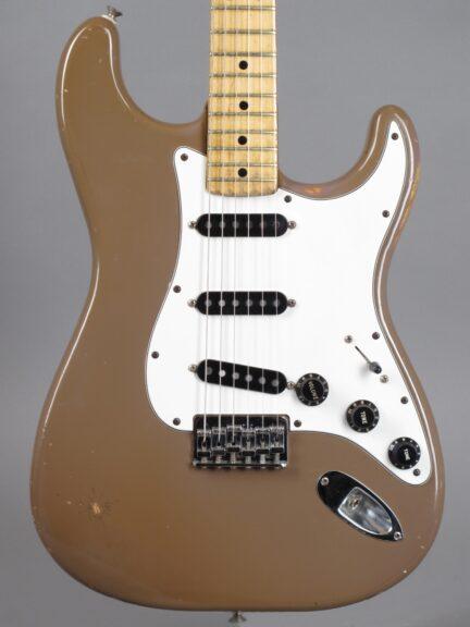 https://guitarpoint.de/app/uploads/products/1980-fender-stratocaster-sahara-taupe/1980-Fender-Stratocaster-Sahara-Taupe-S971712_2-432x576.jpg