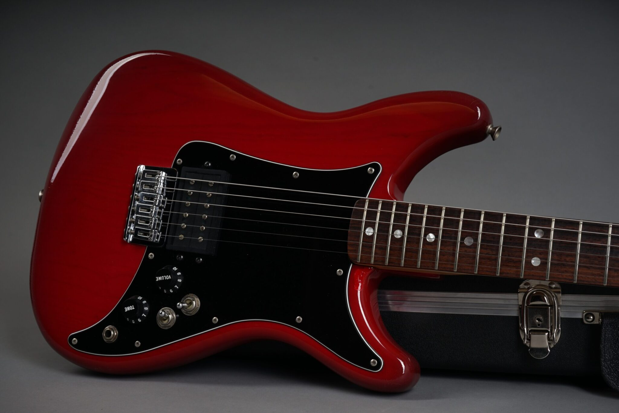 https://guitarpoint.de/app/uploads/products/1981-fender-lead-i-red/1981-Fender-Lead-I-Winered-E105612-19-scaled-2048x1366.jpg