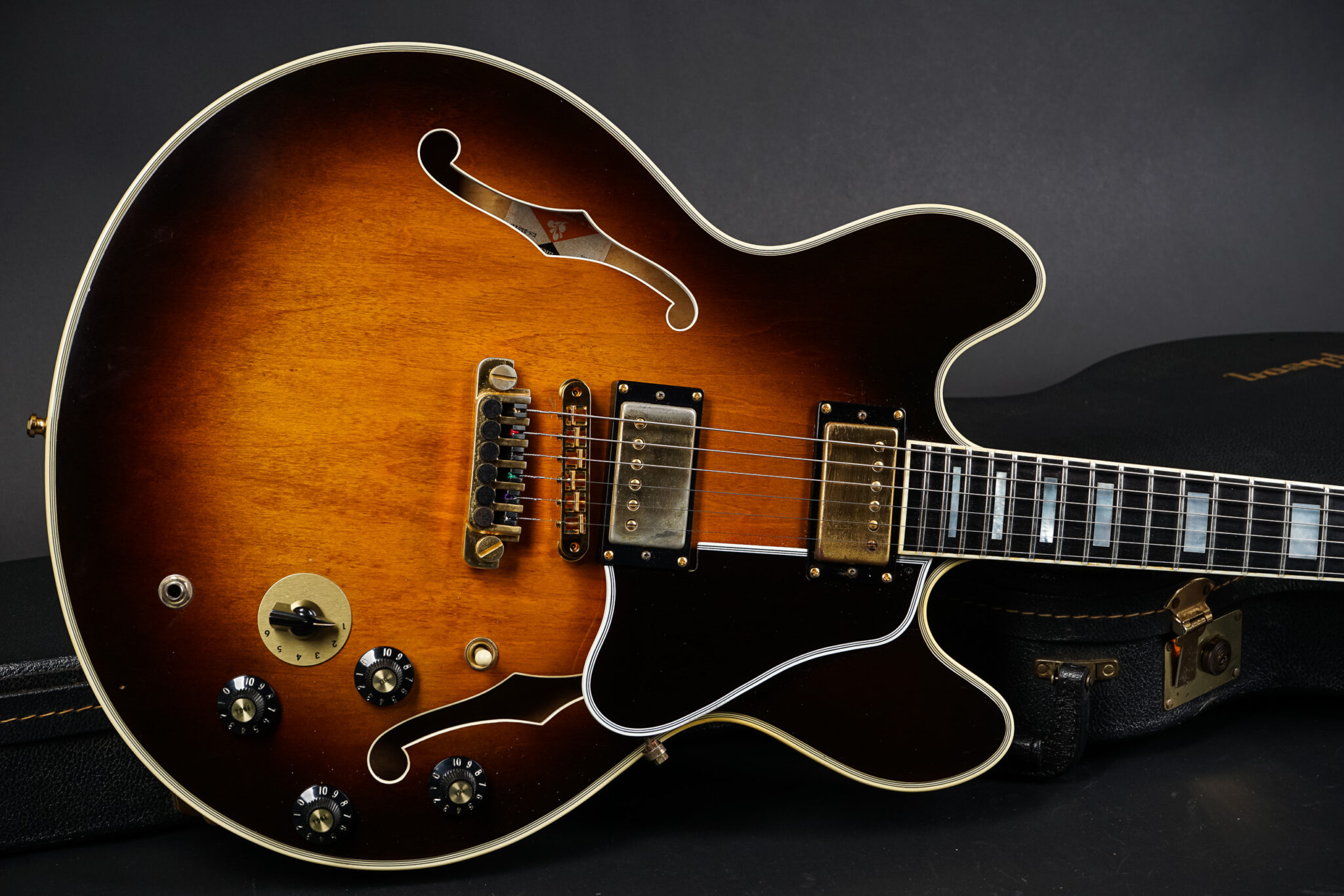 https://guitarpoint.de/app/uploads/products/1981-gibson-es-355-td-sunburst-80991025/1981-Gibson-ES-355-TDSV-Sunburst-8-2048x1366.jpg