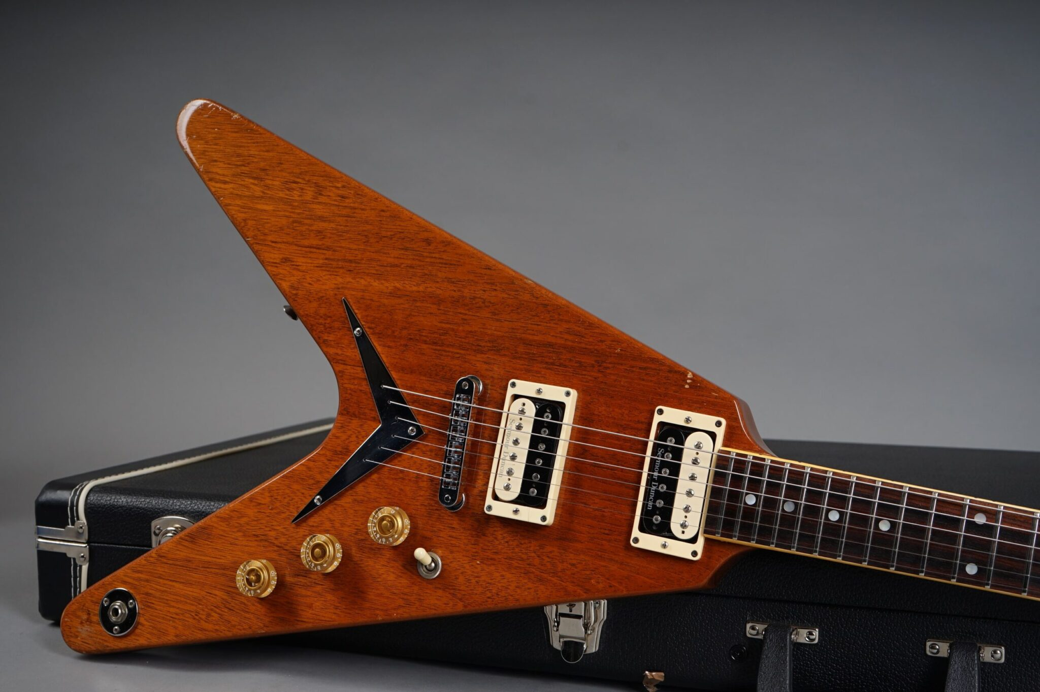 https://guitarpoint.de/app/uploads/products/1982-dean-usa-v-natural-mahogany/1982-Dean-V-Natural-8205073-19-scaled-2048x1362.jpg
