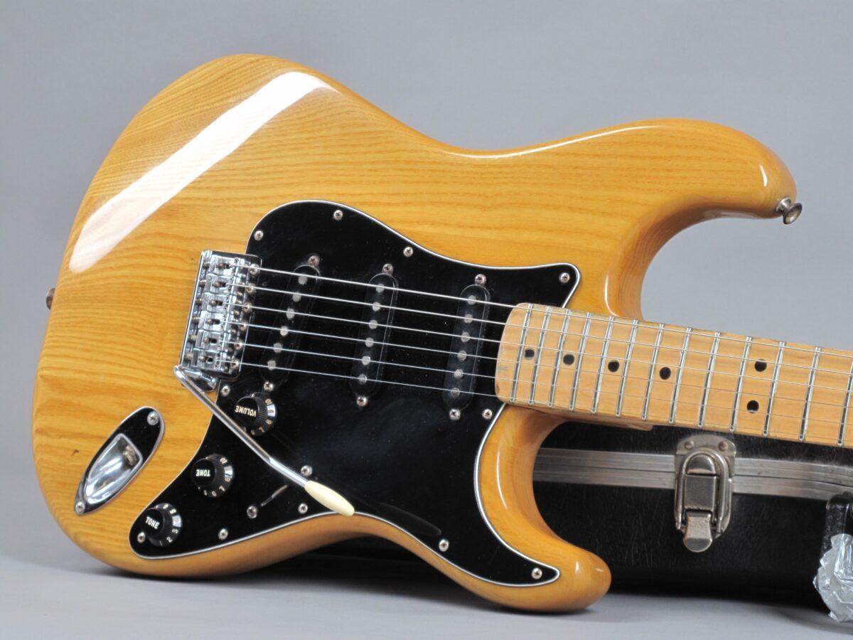 https://guitarpoint.de/app/uploads/products/1982-fender-stratocaster-natural/1982-Fender-Stratocaster-Natural-S976213_19-1200x900.jpg