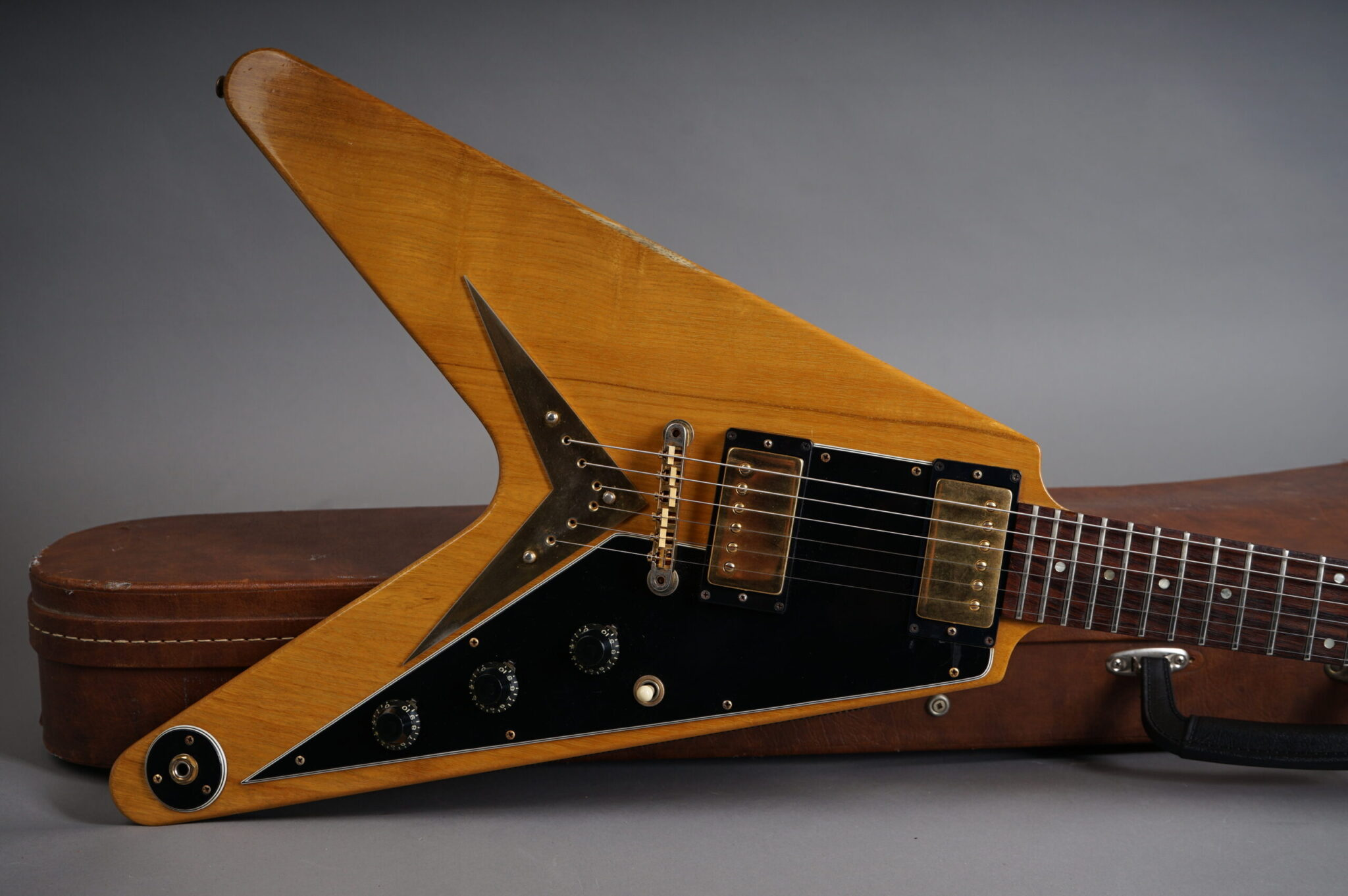 https://guitarpoint.de/app/uploads/products/1982-gibson-heritage-flying-v-korina-a-series-2/1982.Gibson-Flying-V-Heritage-Korina-A228-7-scaled-2048x1362.jpg