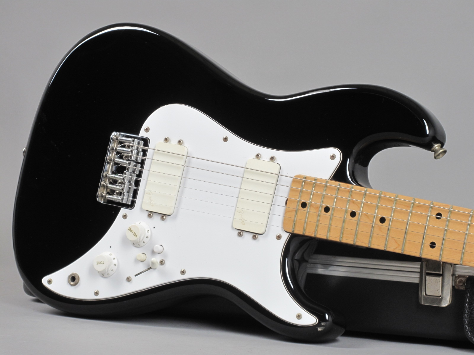 https://guitarpoint.de/app/uploads/products/1984-fender-squier-bullet-black/1982-Squier-Bullet-I-Black-SQ24241-19.jpg