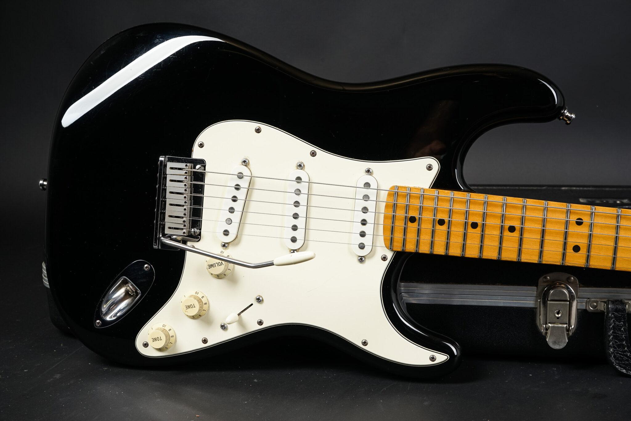 https://guitarpoint.de/app/uploads/products/1984-fender-stratocaster-standard-usa-e430594/1987-Fender-Standard-Stratocaster-Blackie-7-2048x1366.jpg