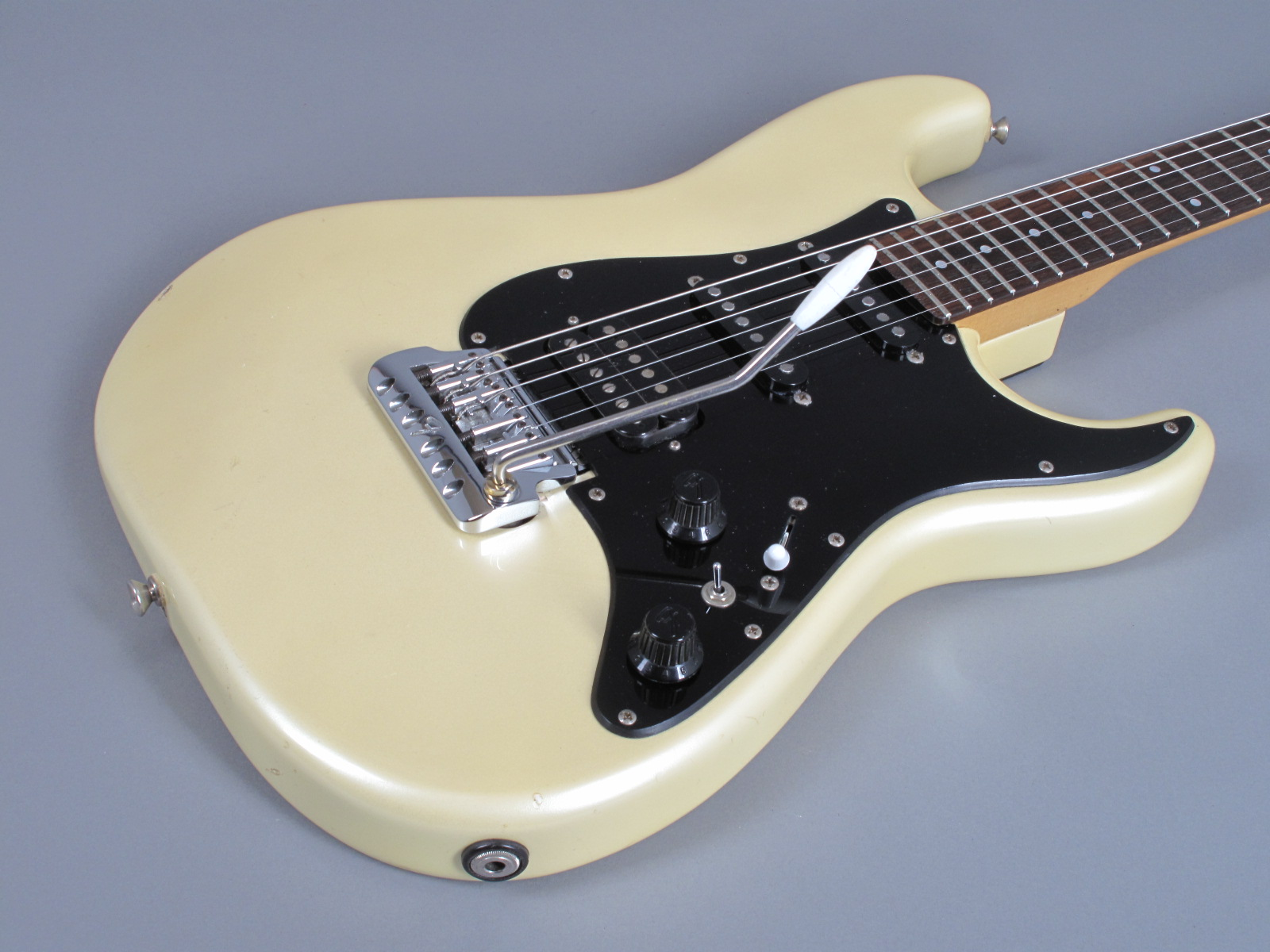 https://guitarpoint.de/app/uploads/products/1985-fender-contemporary-mij-stratocaster-olympic-white-metallic/1985-Fender-Stratocaster-OlympicWhite-E512353-7.jpg