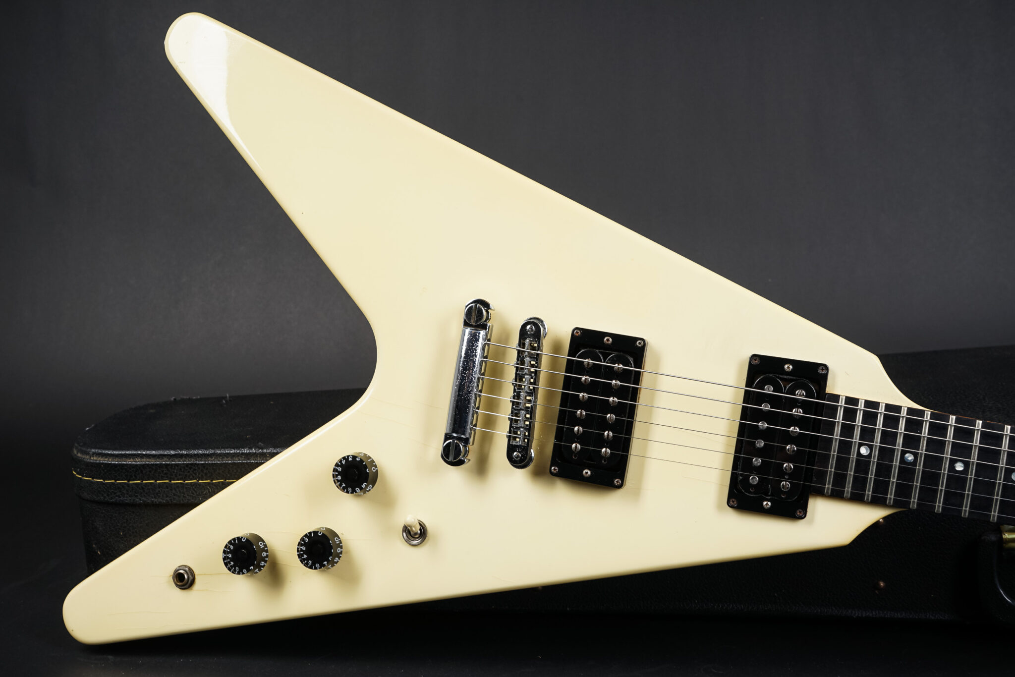 https://guitarpoint.de/app/uploads/products/1985-gibson-flying-v-white/1985-GIBSON-Flying-V-White-8-2048x1366.jpg