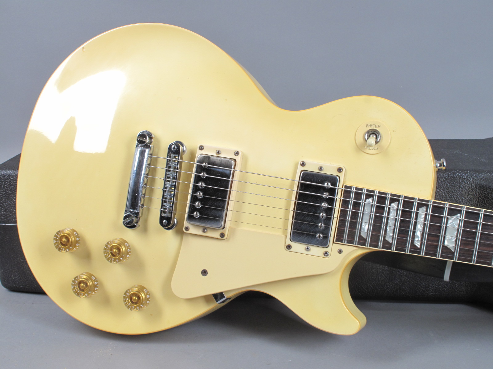 https://guitarpoint.de/app/uploads/products/1985-gibson-les-paul-standard-white/1985-Gibson-Les-Paul-Standard-White-82275532-11.jpg
