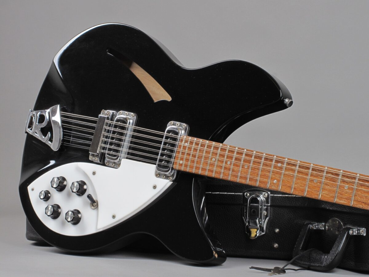 https://guitarpoint.de/app/uploads/products/1986-rickenbacker-330-12-jetglo/1986-Rickenbacker-330-12-Jetglo-ZE1420-19-1200x900.jpg