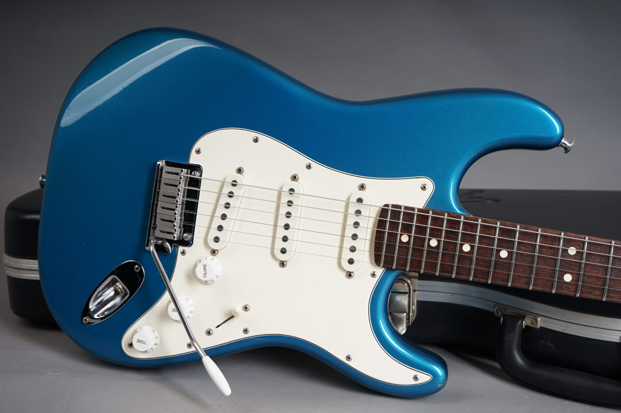 https://guitarpoint.de/app/uploads/products/1987-fender-american-standard-stratocaster-lake-placid-blue/1991-Fender-Stratocaster-Blue-E418854-9-scaled-2048x1362.jpg