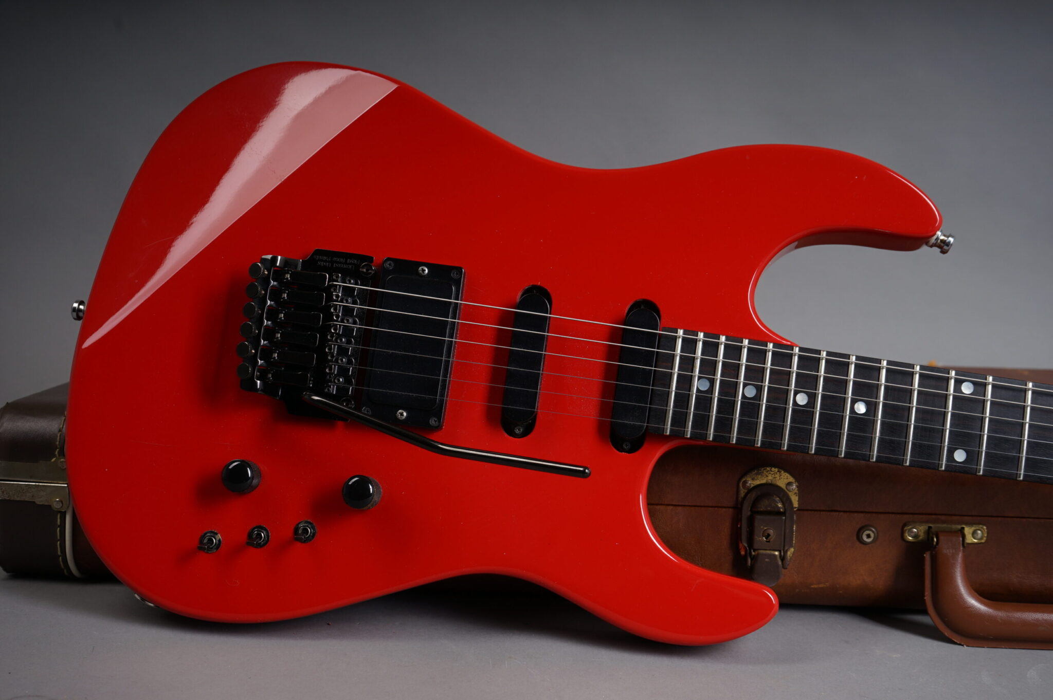 https://guitarpoint.de/app/uploads/products/1987-gibson-wcr-red/1987-Gibson-WCR-Red-82957666-8-scaled-2048x1362.jpg