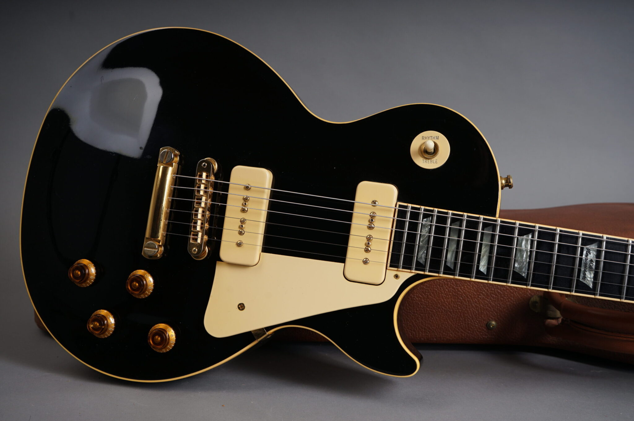 https://guitarpoint.de/app/uploads/products/1991-gibson-les-paul-anniversary-ebony/1991-Gibson-Les-Paul-40th-Anniversary-Ebony-90661559-7-scaled-2048x1362.jpg
