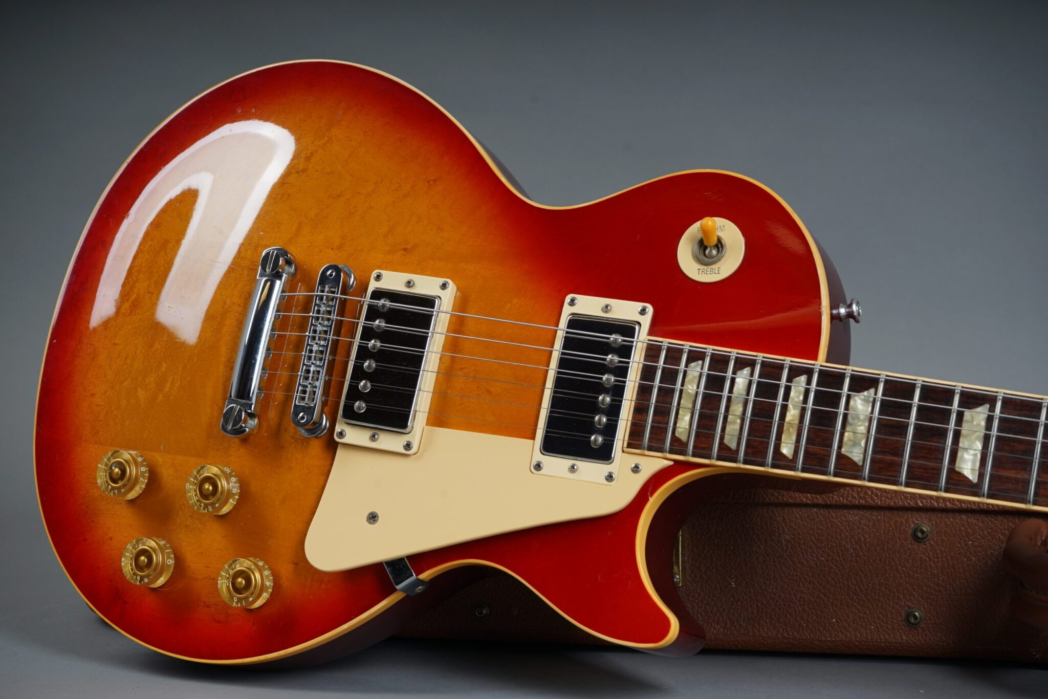 https://guitarpoint.de/app/uploads/products/1993-les-paul-standard-cherry-sunburst/1993-Gibson-Les-Paul-Standard-Cherry-Sunburst-90683378_19-scaled-2048x1366.jpg