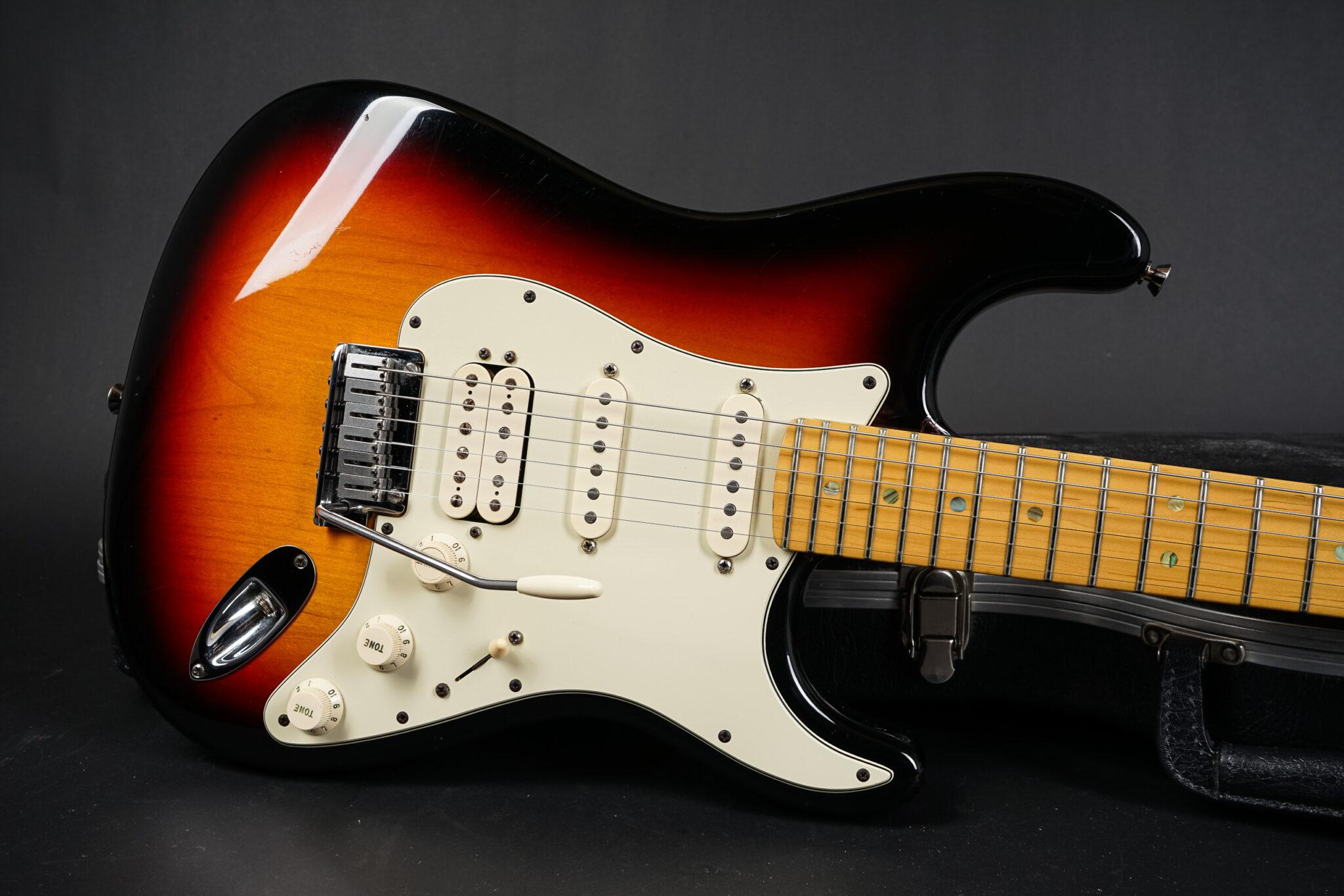 https://guitarpoint.de/app/uploads/products/1996-fender-stratocaster-3-tone-sunburst-hss-z4120281/2004-Fender-Deluxe-Stratocaster-HSS-8-2048x1366.jpg