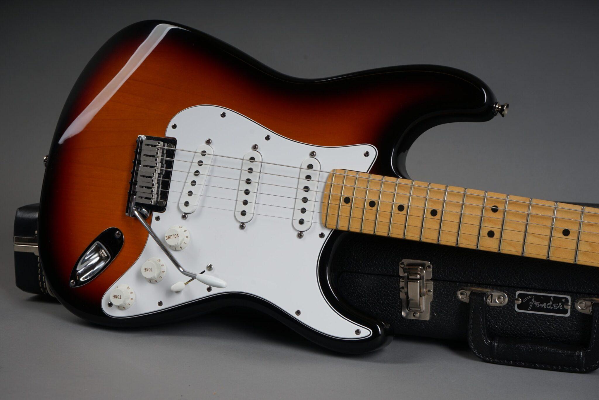 https://guitarpoint.de/app/uploads/products/1997-fender-american-standard-stratocaster-sunburst/1997-Fender-Standard-Stratocaster-3-tone-Sunburst-N7253113-19-scaled-2048x1366.jpg