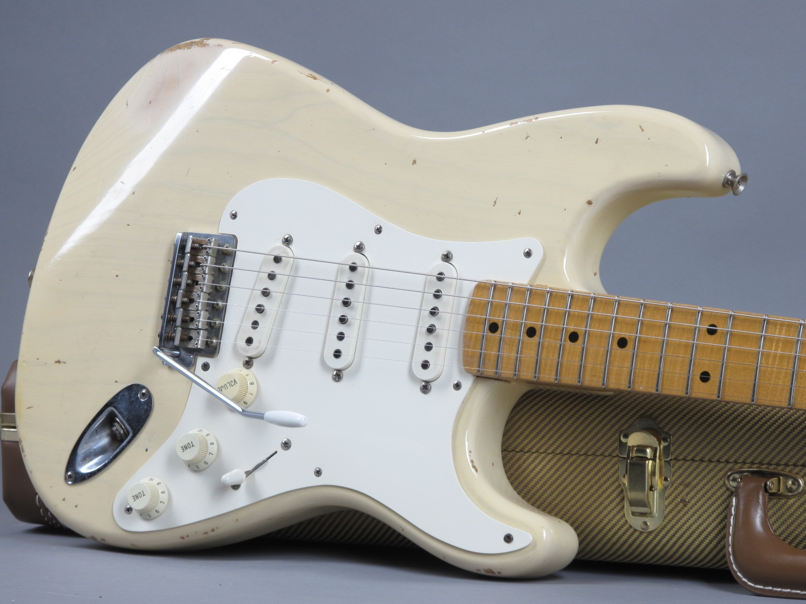 https://guitarpoint.de/app/uploads/products/1997-fender-custom-shop-cunetto-cruz-1956-stratocaster-blond/1997-Fender-Stratocaster-Cunetto-Blond-R2206-19.jpg