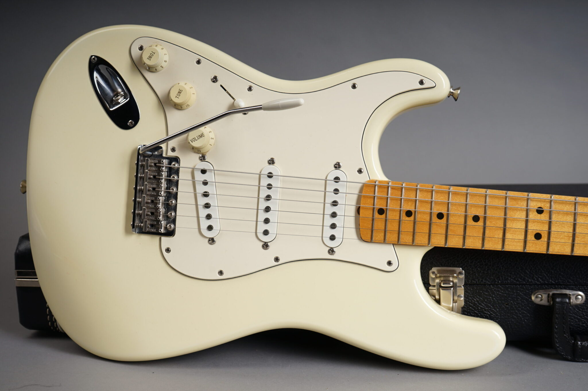 https://guitarpoint.de/app/uploads/products/1997-fender-jimi-hendrix-tribute-stratocaster-olympic-white-2/1997-Fender-Jimi-Hendrix-Tribute-Strat-TN700675-9-scaled-2048x1362.jpg