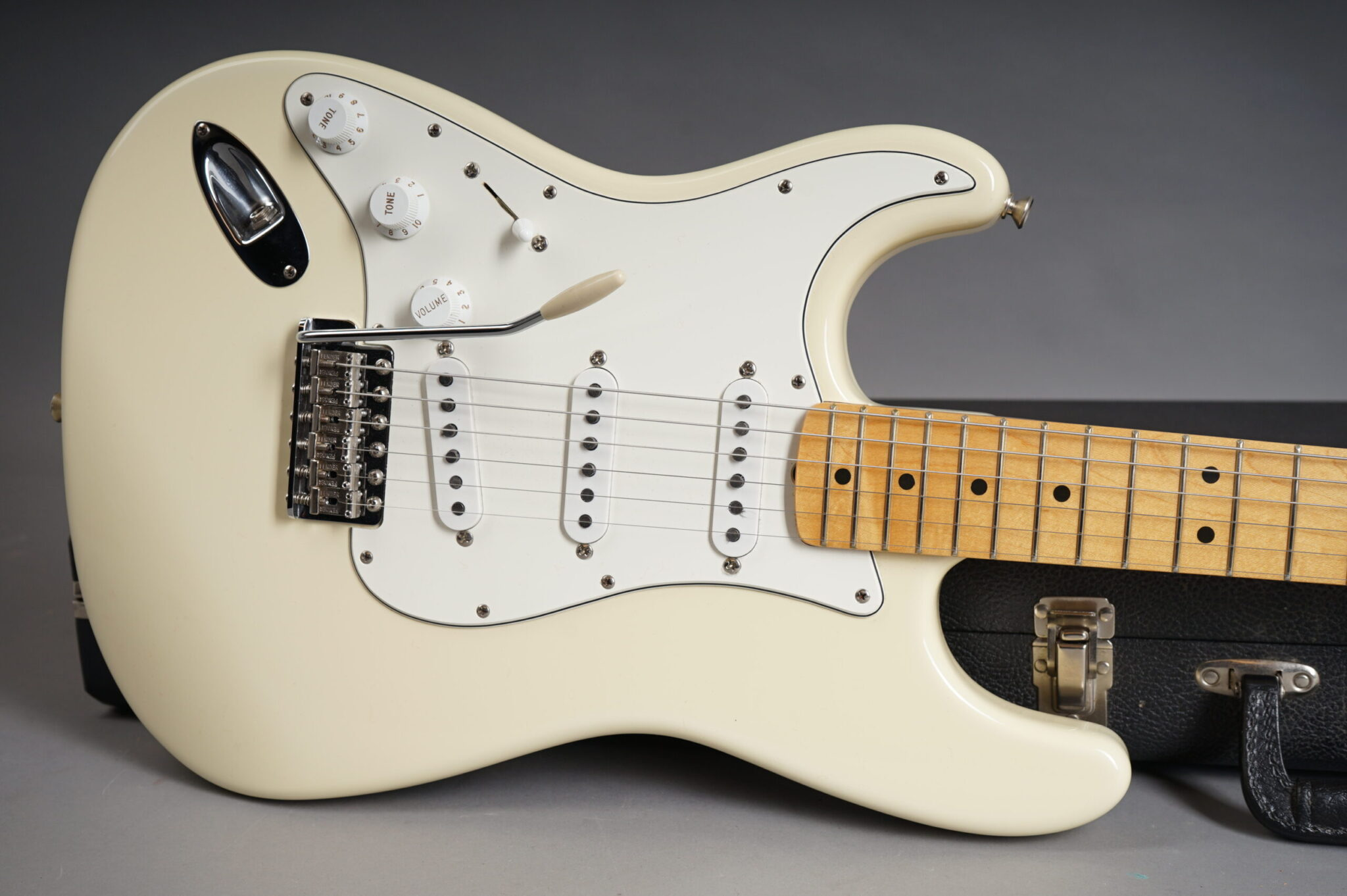 https://guitarpoint.de/app/uploads/products/1997-fender-jimi-hendrix-tribute-stratocaster-olympic-white/1997-Fender-Hendrix-Strat-Olympic-White-TN70634-9-scaled-2048x1362.jpg