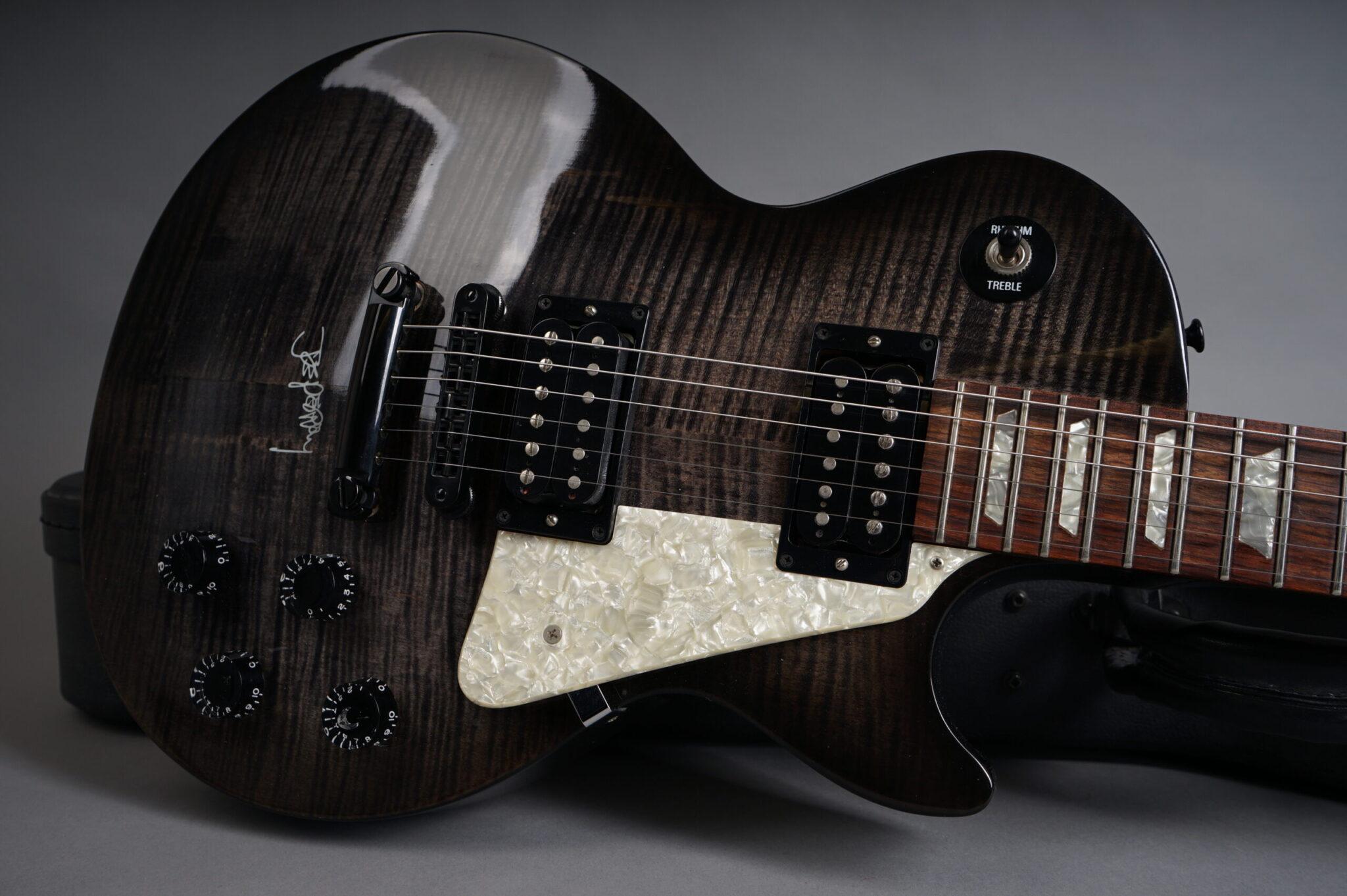 https://guitarpoint.de/app/uploads/products/1997-gibson-joe-perry-les-paul-translucent-blackburst/1997-Gibson-Joe-Perry-Les-Paul-90907493-8-scaled-2048x1362.jpg