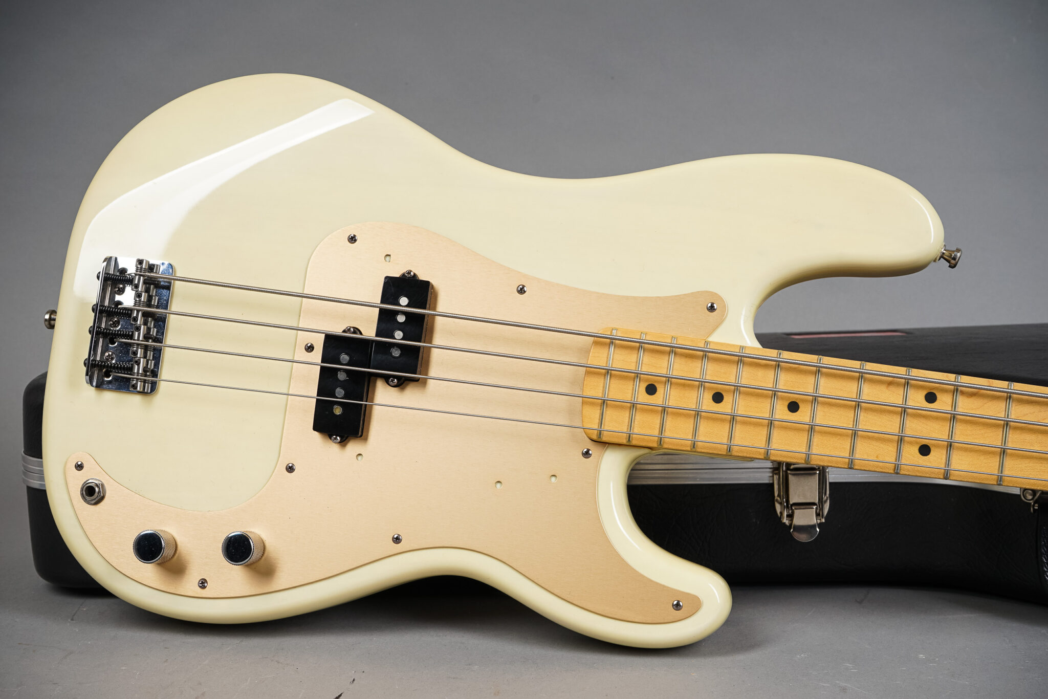 https://guitarpoint.de/app/uploads/products/1999-fender-american-standard-precision-bass-white-blonde/1999-Fender-American-P-Bass-Blond-N9401954-7-2048x1366.jpg