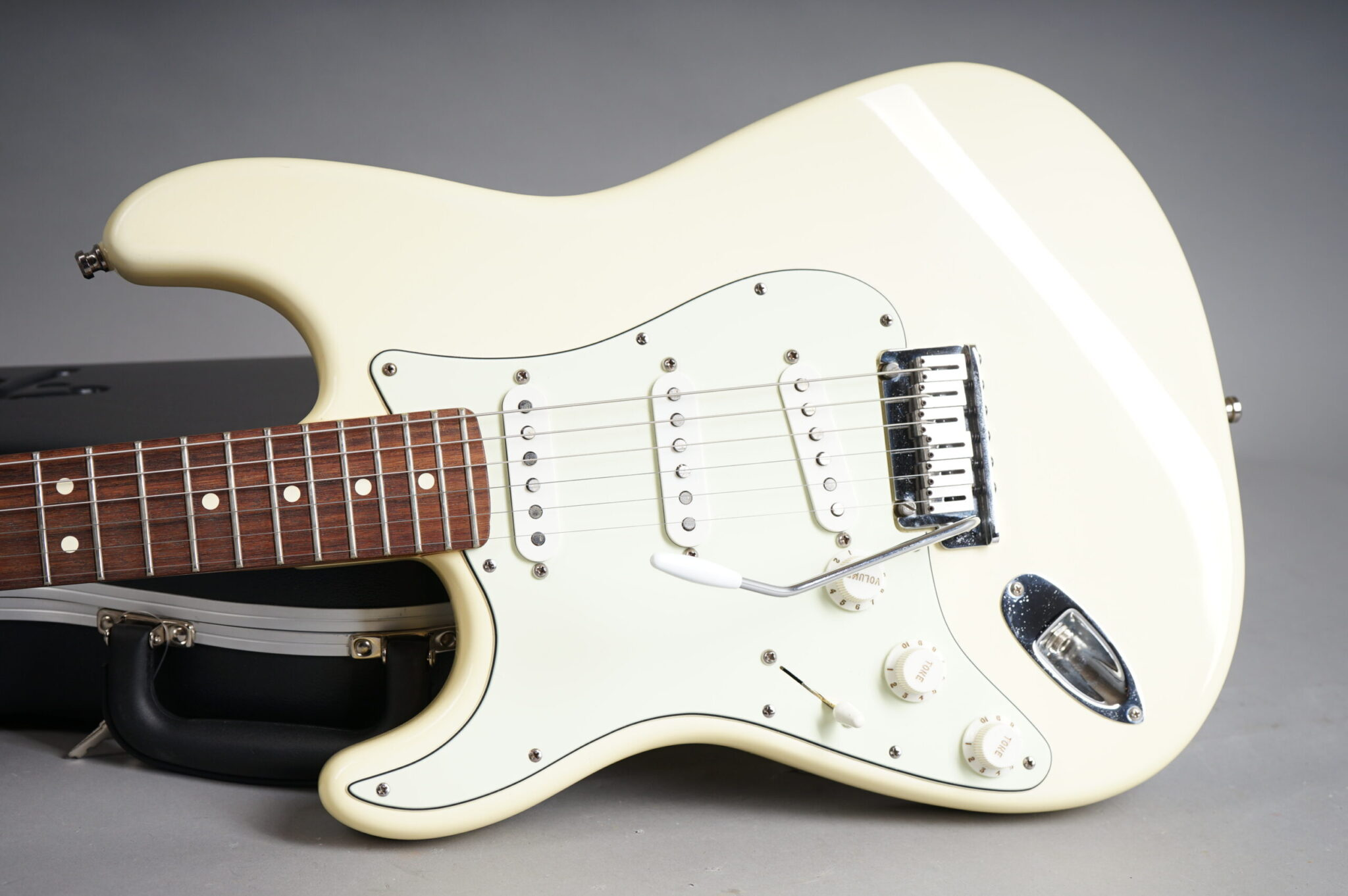https://guitarpoint.de/app/uploads/products/1999-fender-american-standard-stratocaster-lefthand-olympic-white/1999-Fender-American-Standard-Stratocaster.-Olympic-White-Lefthand-N9375273-8-scaled-2048x1362.jpg