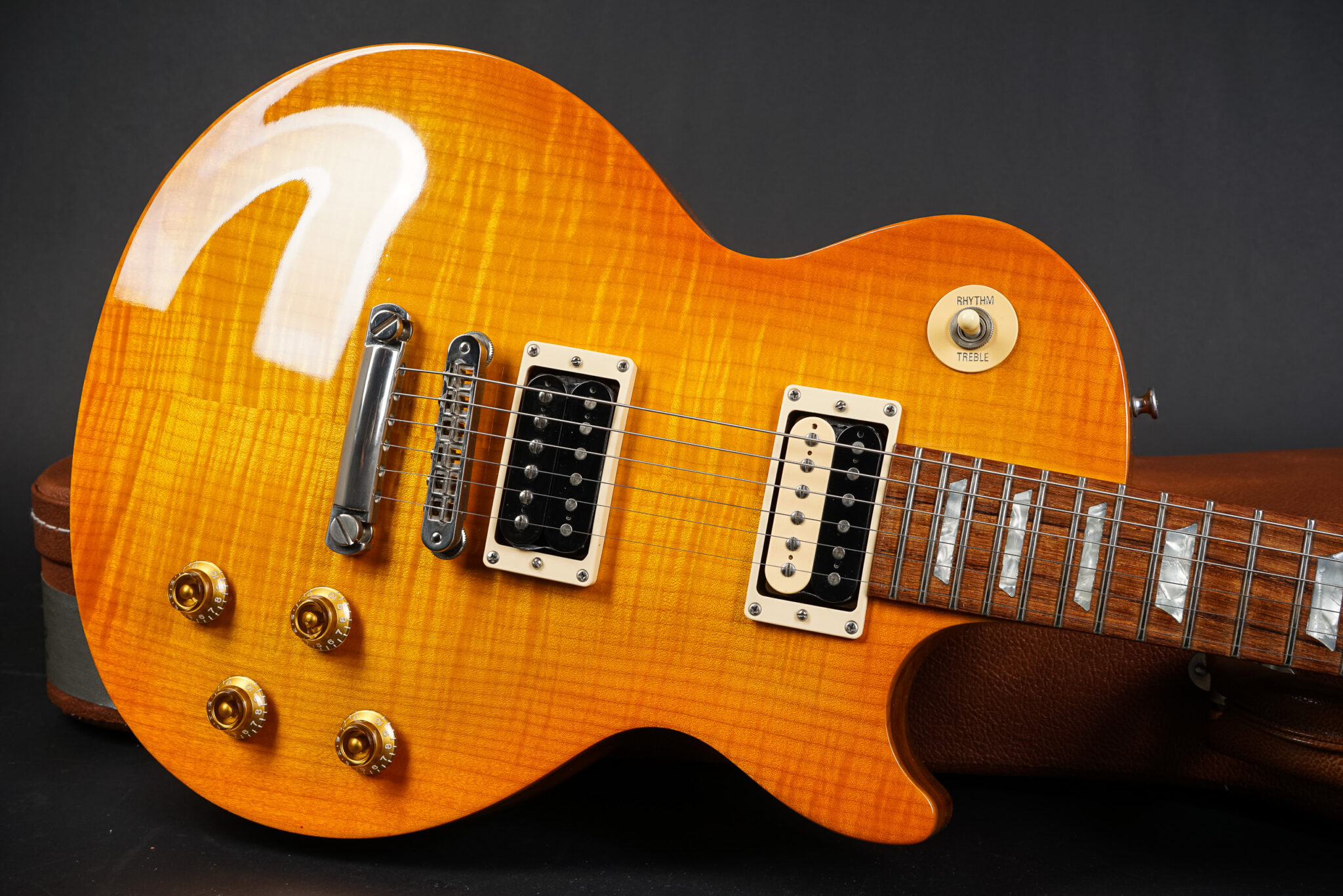 https://guitarpoint.de/app/uploads/products/2000-gibson-les-paul-gary-moore-signature-lemonburst/2000-Gibson-Gary-Moore-02360358-Lemonburst-8-2048x1366.jpg