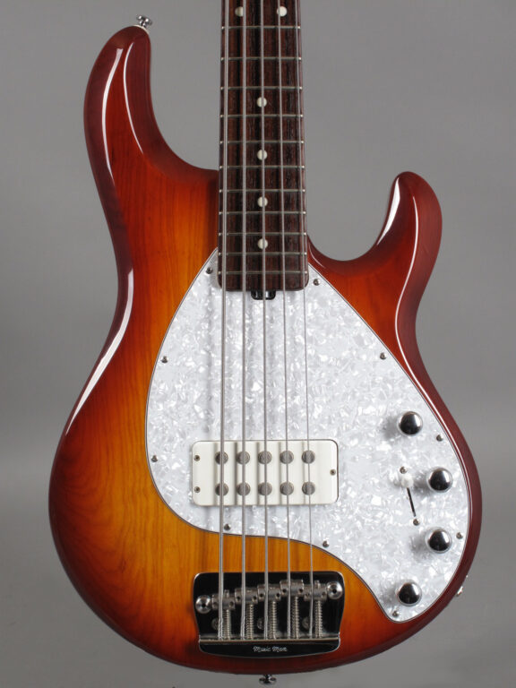 https://guitarpoint.de/app/uploads/products/2002-music-man-stingray-5-honeyburst/2002-Musicman-StingRay-5-String-CSB-E27771-2-576x768.jpg
