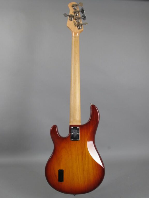 https://guitarpoint.de/app/uploads/products/2002-music-man-stingray-5-honeyburst/2002-Musicman-StingRay-5-String-CSB-E27771-5-576x768.jpg}