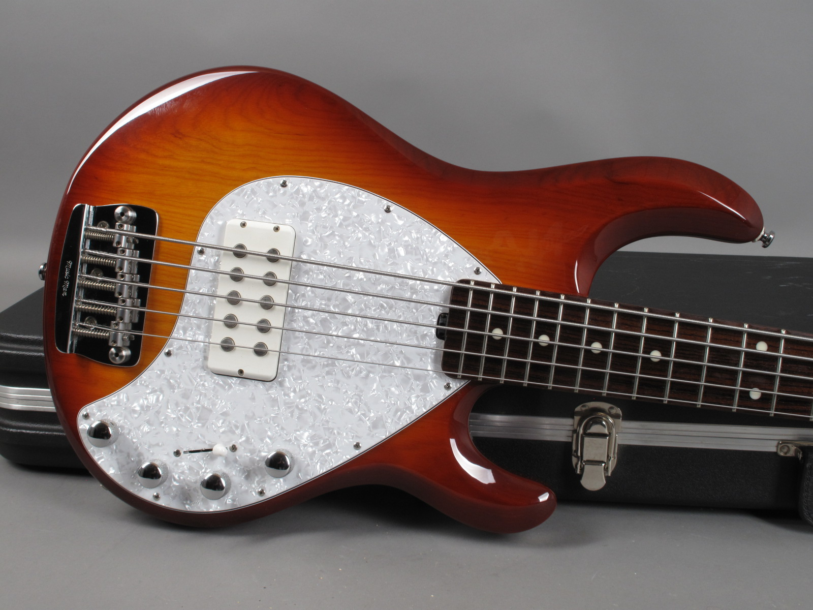 https://guitarpoint.de/app/uploads/products/2002-music-man-stingray-5-honeyburst/2002-Musicman-StingRay-5-String-CSB-E27771-9.jpg