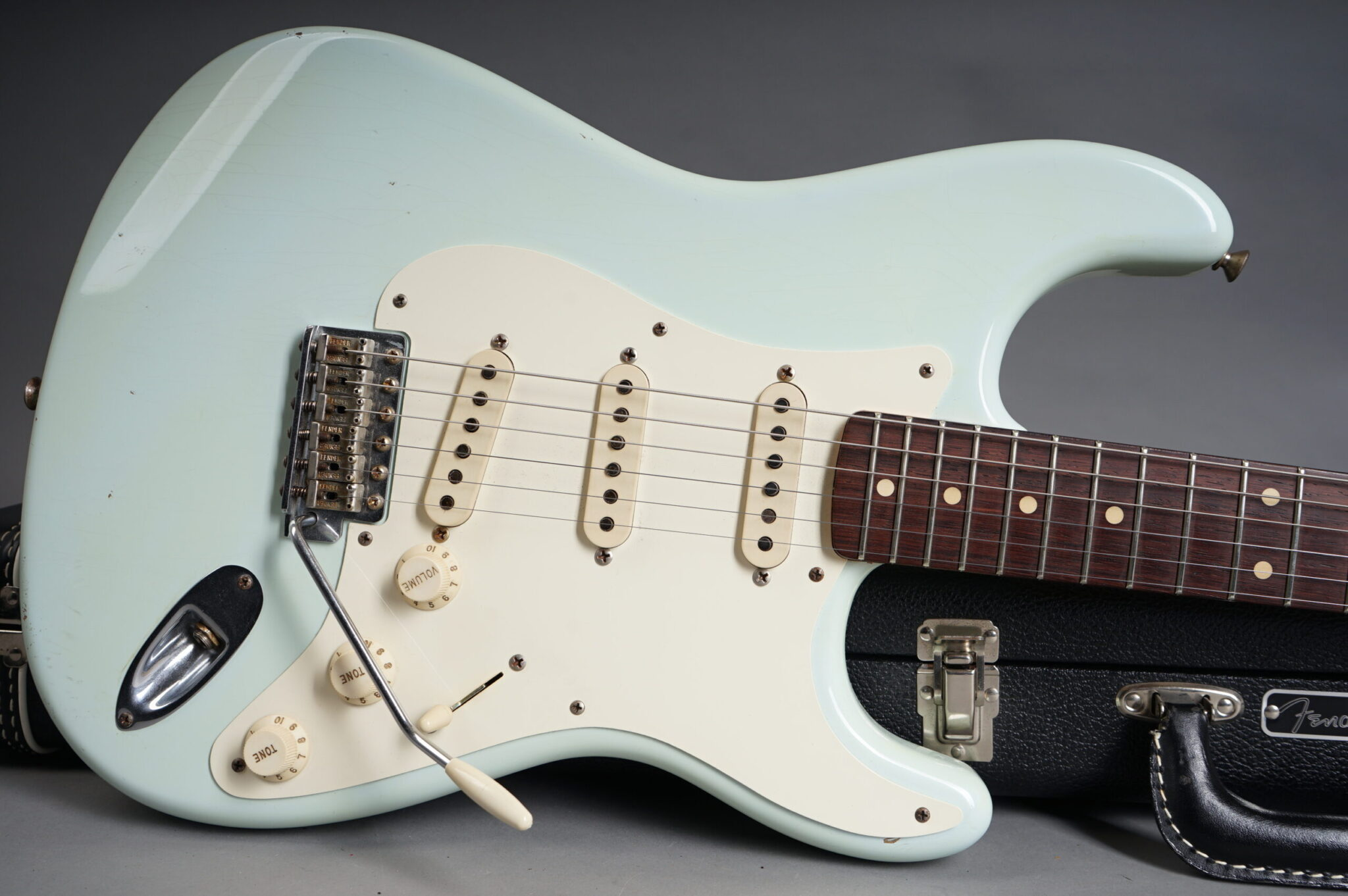 https://guitarpoint.de/app/uploads/products/2005-fender-john-english-masterbuilt-1959-stratocaster-sonic-blue-relic/2005-Fender-John-English-Masterbuilt-1959-Stratocaster-Sonic-Blue-8-1-scaled-2048x1362.jpg