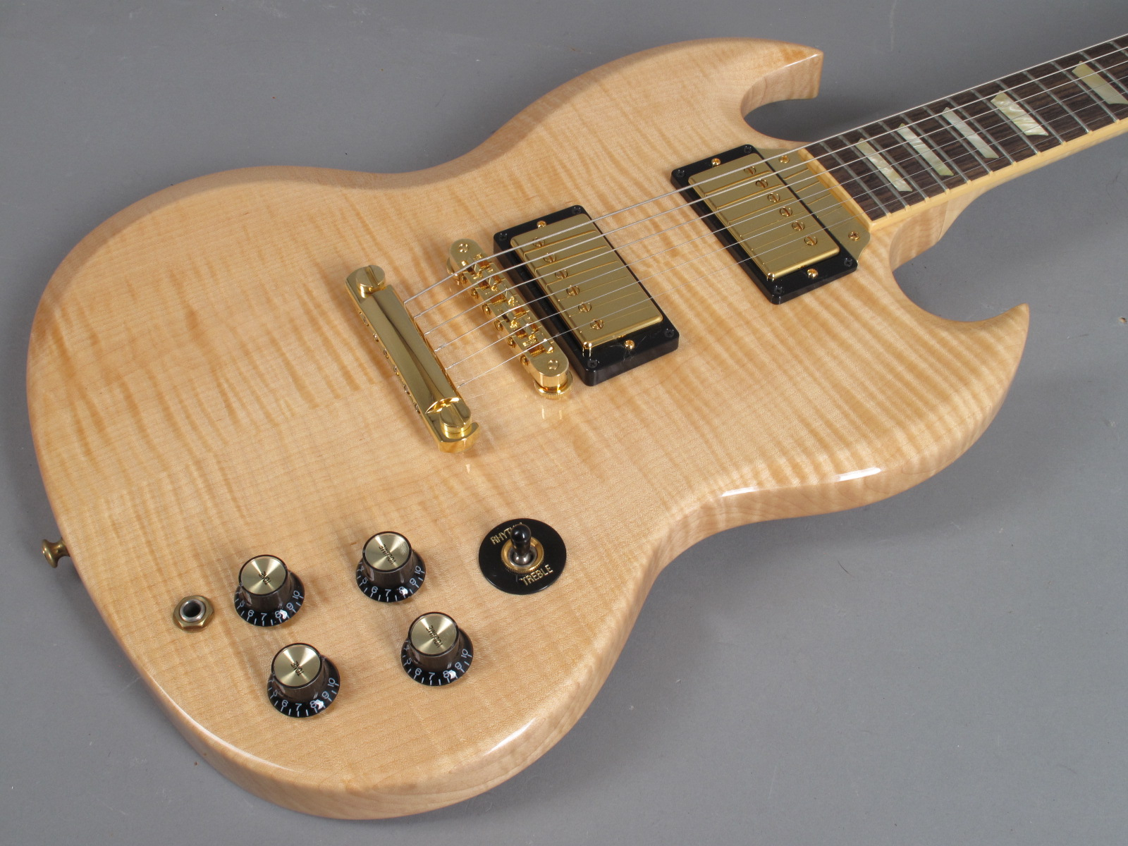 https://guitarpoint.de/app/uploads/products/2007-gibson-sg-select-natural/Gibson-SG-Select-Natural-022870341-8.jpg