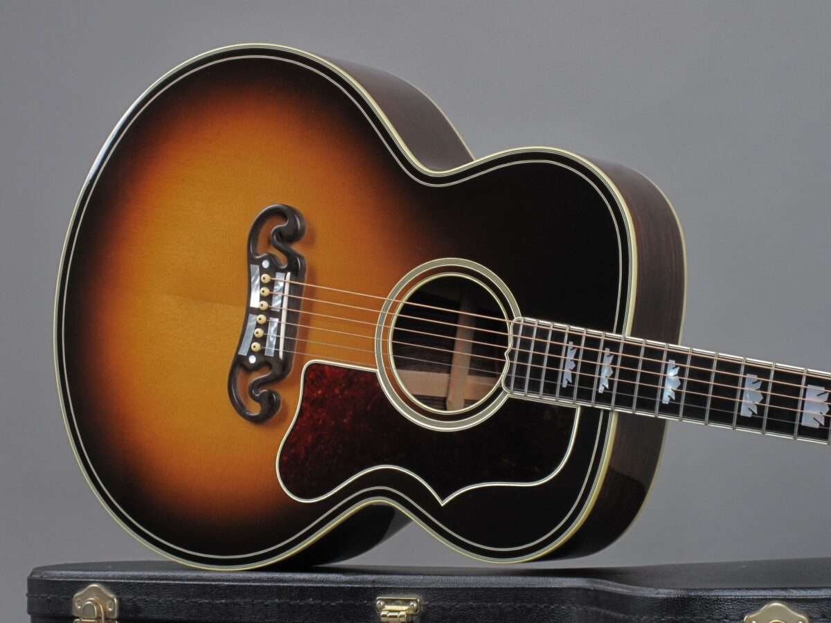 https://guitarpoint.de/app/uploads/products/2008-gibson-sj-200-western-classic-00368032/2008-Gibson-SJ-200-Western-Classic-Sunburst-00368032-19-1200x900.jpg