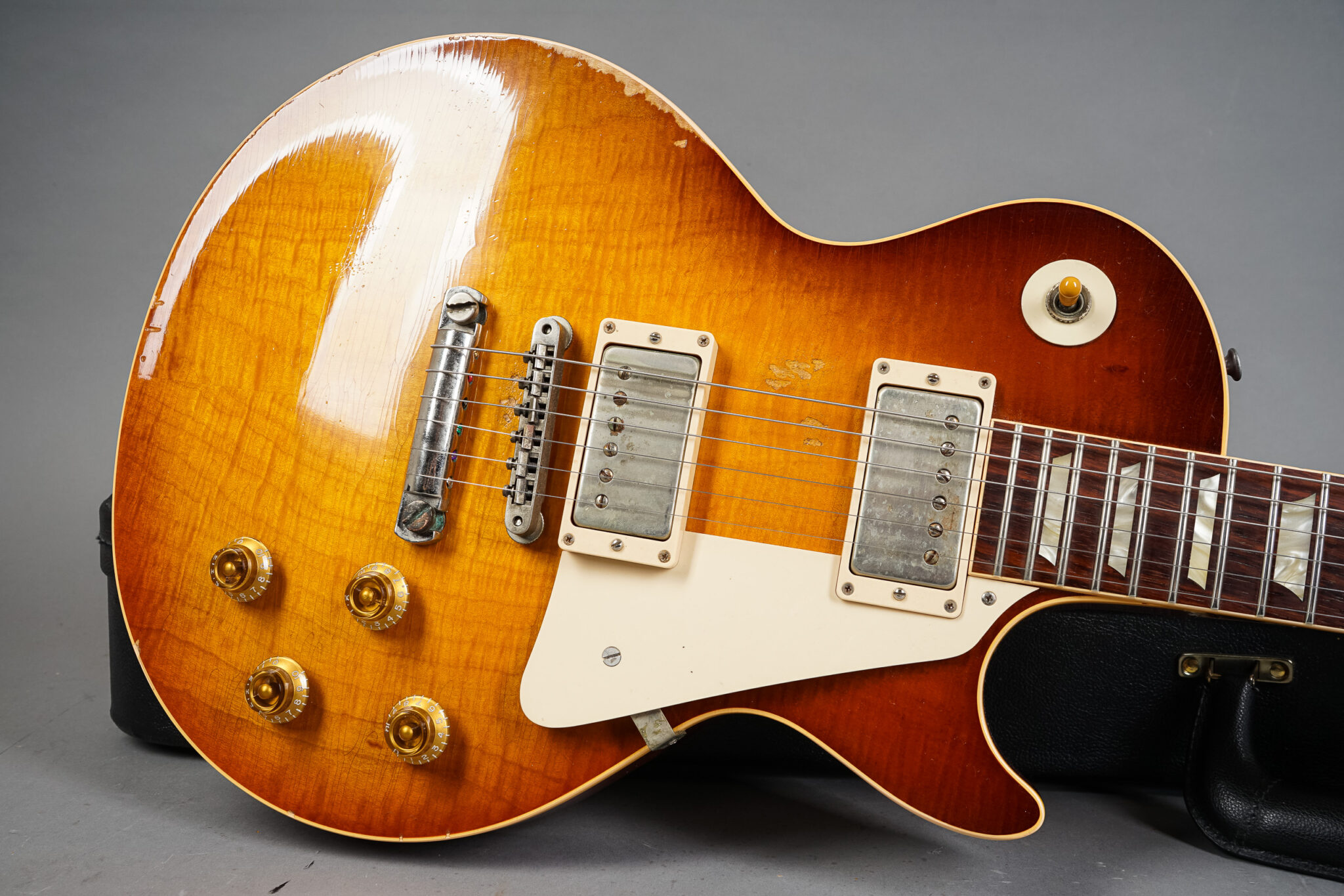 https://guitarpoint.de/app/uploads/products/2009-gibson-les-paul-billy-gibbons-pearly-gates-tom-murphy-aged/2009-Gibson-Les-Paul-Pearly-Gates-Aged-30-25-2048x1366.jpg