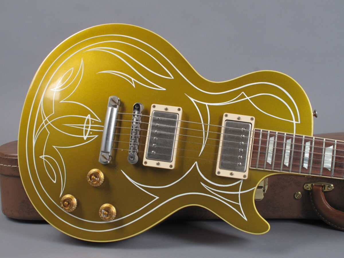 https://guitarpoint.de/app/uploads/products/2014-gibson-les-paul-billy-gibbons-goldtop-pinstripe/2014-Gibson-Les-Paul-Billy-Gibbons-1957-Goldtop-Pinstripe-Vos-BGGT060-9-1200x900.jpg