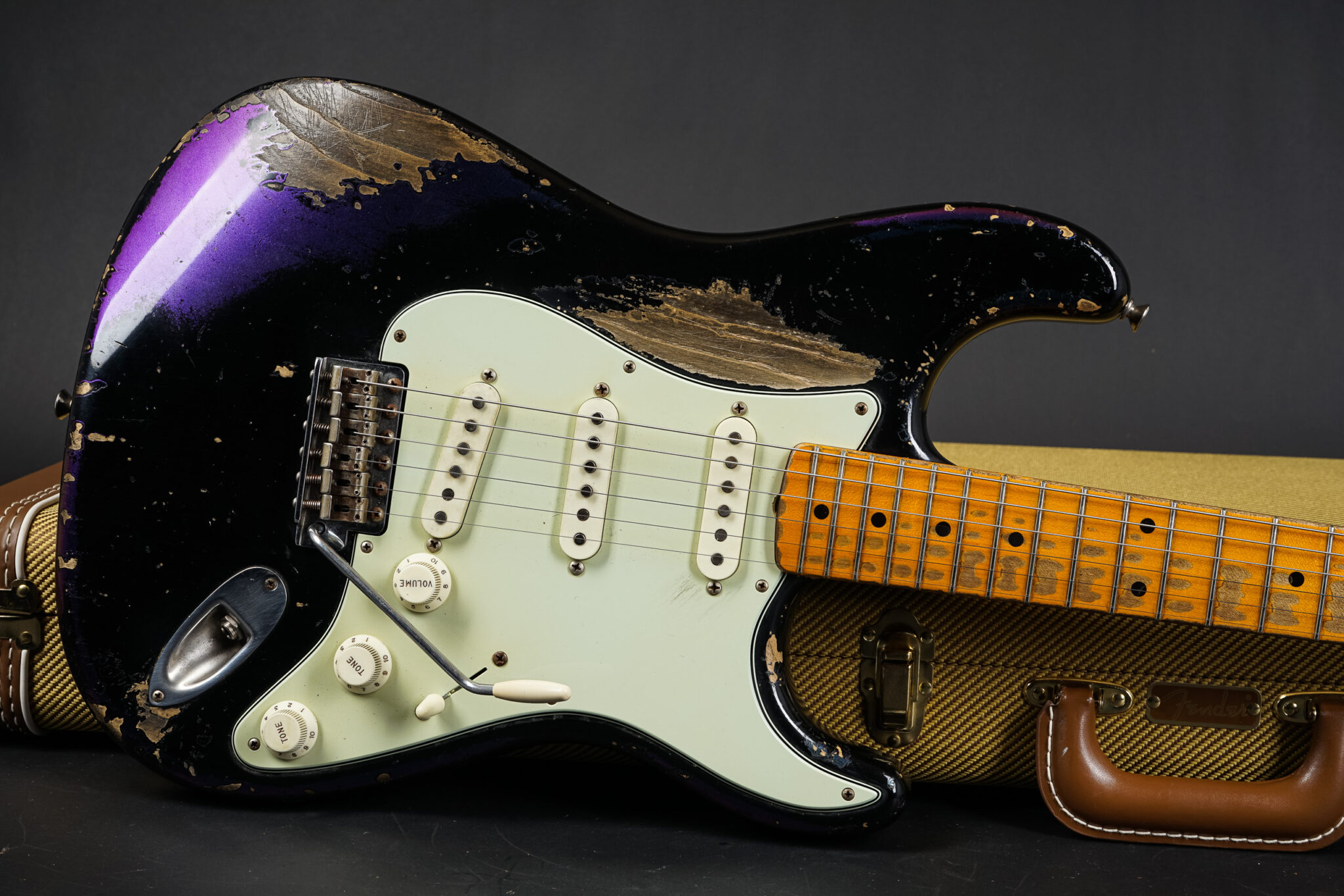 https://guitarpoint.de/app/uploads/products/2015-fender-dale-wilson-masterbuilt-1958-stratocaster-black-chameleon-relic/2015-Fender-MBDW-58-Strat-Chameleon-8-2048x1366.jpg