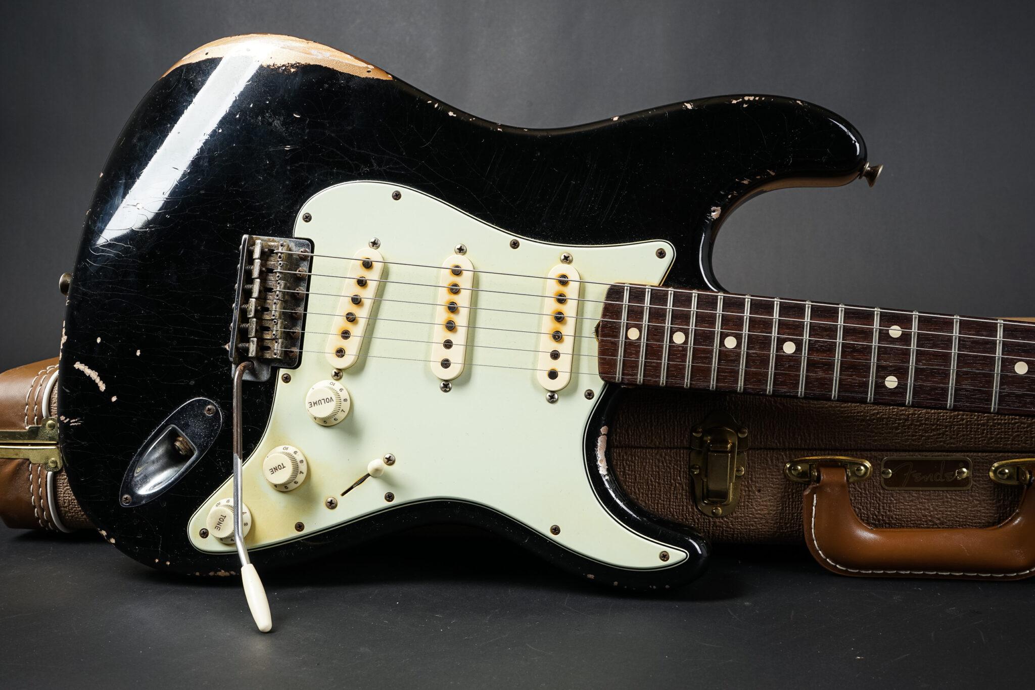 https://guitarpoint.de/app/uploads/products/2015-fender-john-cruz-masterbuilt-1960-stratocaster-relic/2015-Fender-John-Cruz-Masterbuilt-Stratocaster-Black-JC2772-10-2048x1366.jpg