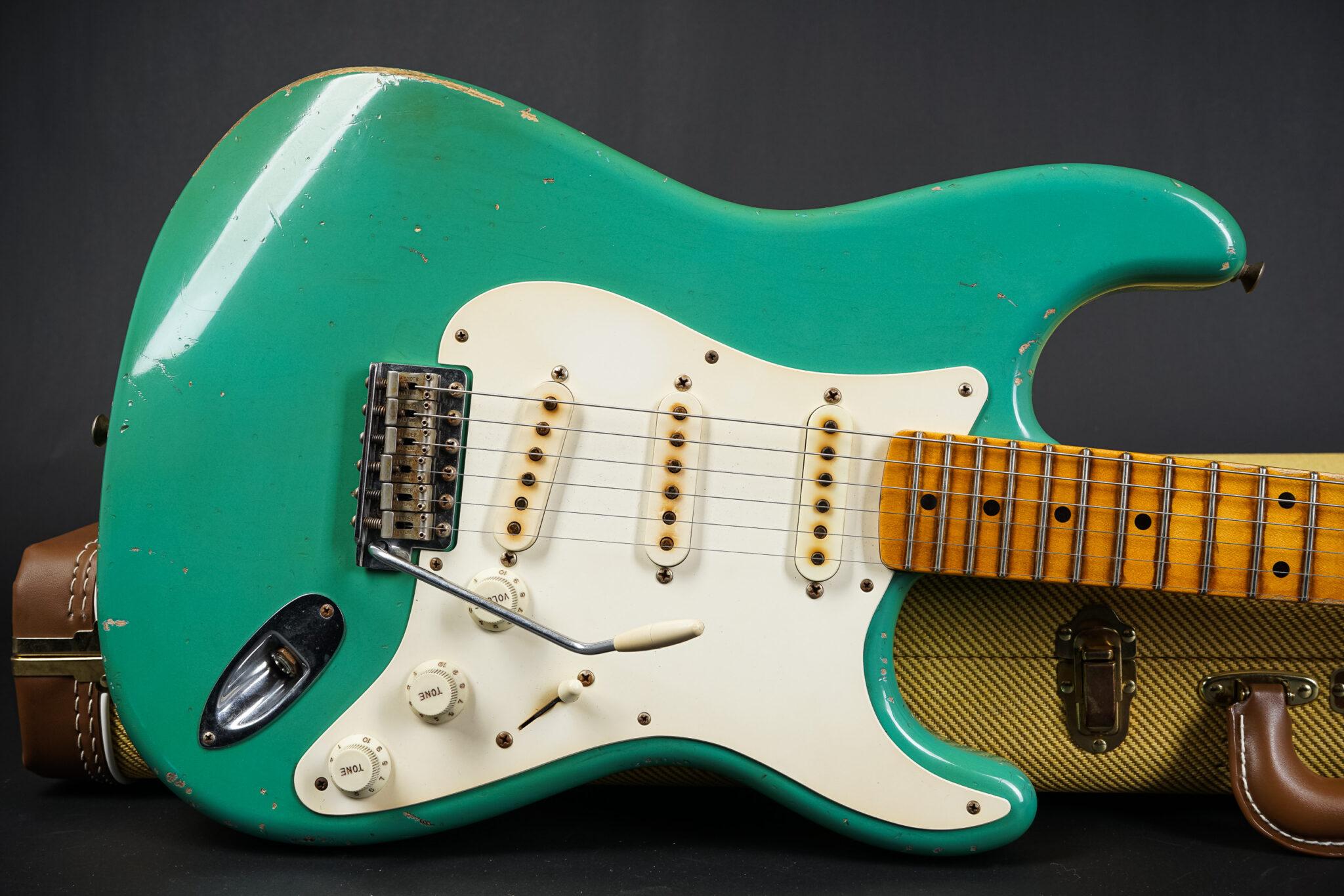 https://guitarpoint.de/app/uploads/products/2016-fender-john-cruz-masterbuilt-1955-stratocaster-foam-green-relic/2016-John-Cruz_Masterbuilt-55-Stratocaster-SFG-8-2048x1366.jpg