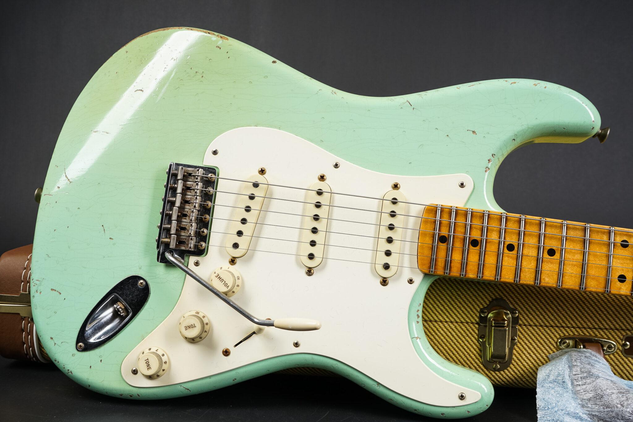 https://guitarpoint.de/app/uploads/products/2017-fender-john-cruz-masterbuilt-1957-stratocaster-relic-surf-green/2017-Fender-John-Cruz-Masterbuilt-JC3120-1957-Stratocaster-Relic-Surf-Green-7-2048x1366.jpg