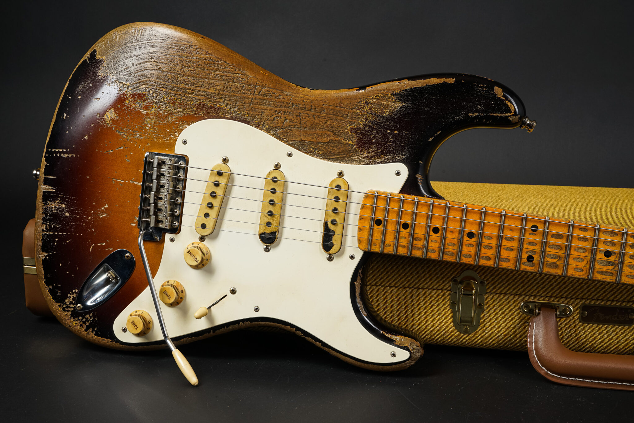 https://guitarpoint.de/app/uploads/products/2019-fender-jason-smith-masterbuilt-1957-stratocaster-heavy-relic-js0481/2019-Fender-MBKJS-57-Strat-HR-F2TS-10-2048x1366.jpg