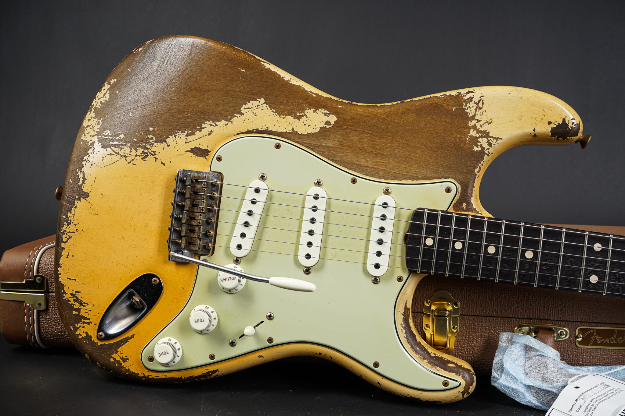 https://guitarpoint.de/app/uploads/products/2021-fender-carlos-lopez-1961-stratocaster-ultra-relic-aged-olympic-white/2021-Fender-Carlos-Lopez-Stratocaster-Ultimate-Relic-AOW-R111220-8-2048x1366.jpg