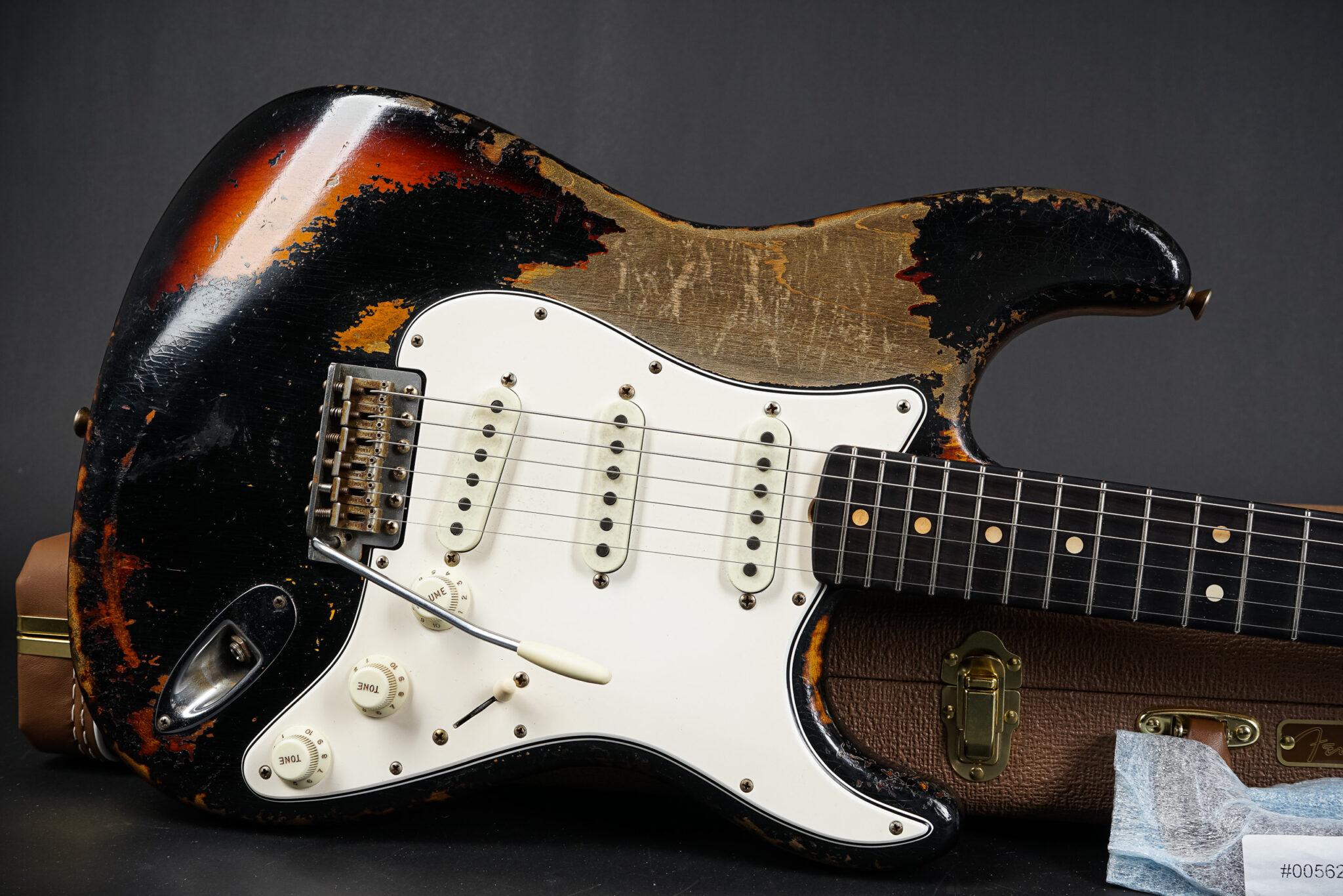 https://guitarpoint.de/app/uploads/products/2021-fender-dale-wilson-masterbuilt-1963-stratocaster-heavy-relic-black-over-sunburst/2021-Fender-Dale-Wilson-Masterbuilt-1963-BlackOverSunburst-CZ549646-8-2048x1366.jpg