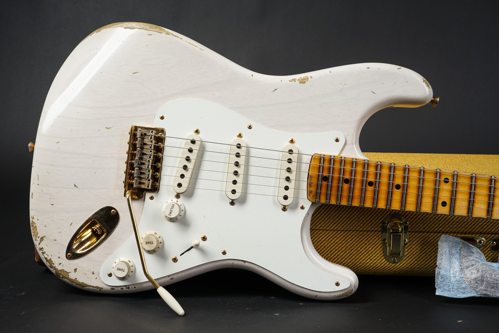 https://guitarpoint.de/app/uploads/products/2021-fender-ron-thorn-masterbuilt-1955-stratocaster-mary-kaye-blond/2021-1955-Fender-Stratocaster-MBRT-Mary-Kaye-9-2048x1366.jpg